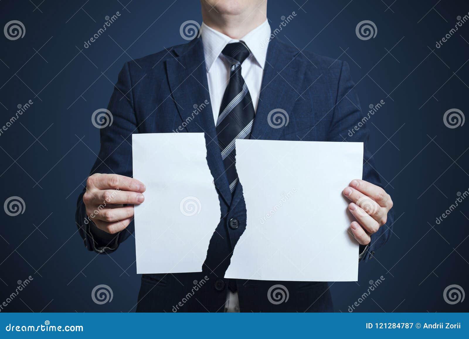 Zerreißendes leeres Papier des Geschäftsmannes auseinander