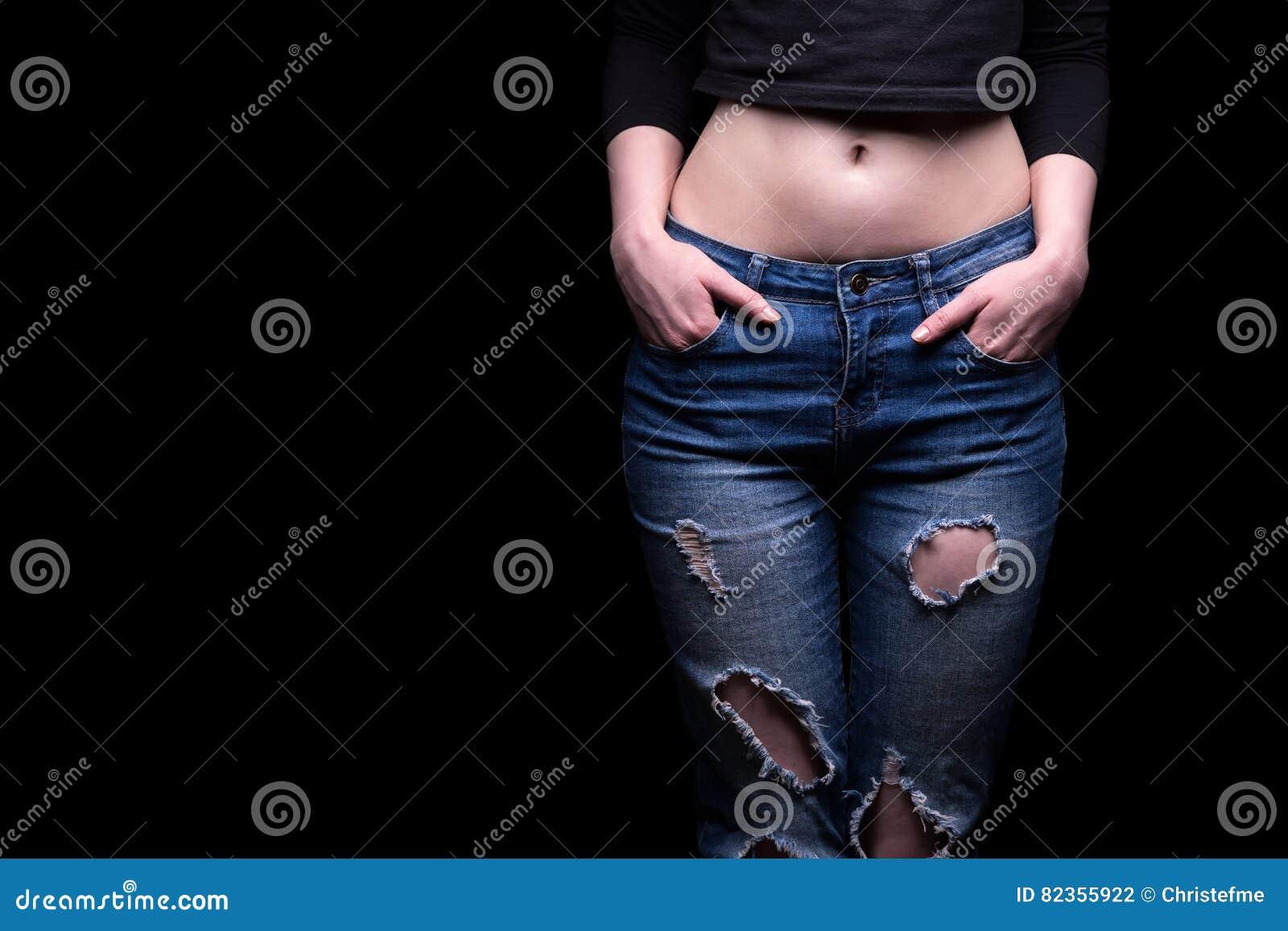 Zerrissene Jeans Und Frau ` S Bauch Stockfoto - Bild von denim ... 4f599c0827