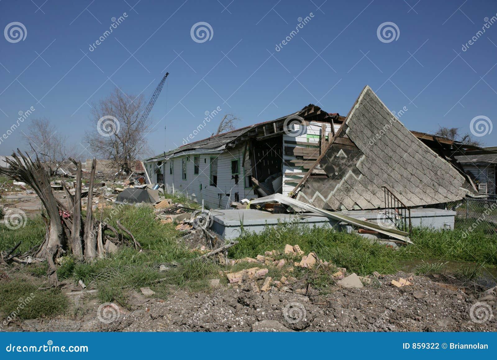 Zerrissener Baum und Haus weg von der Grundlage