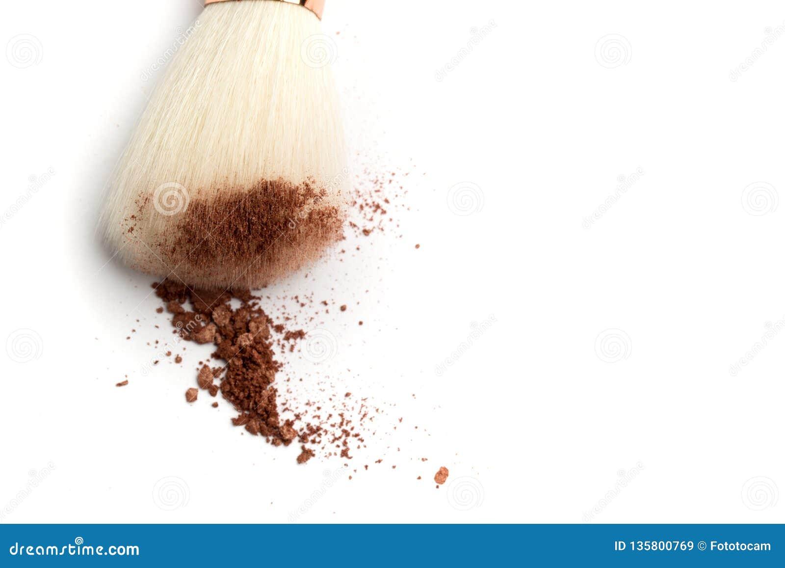Zerschmetterter Gesichtspuder, Rouges, Lidschatten und Bürste auf weißem Hintergrund Neutrale Person farbige kosmetische Produkte