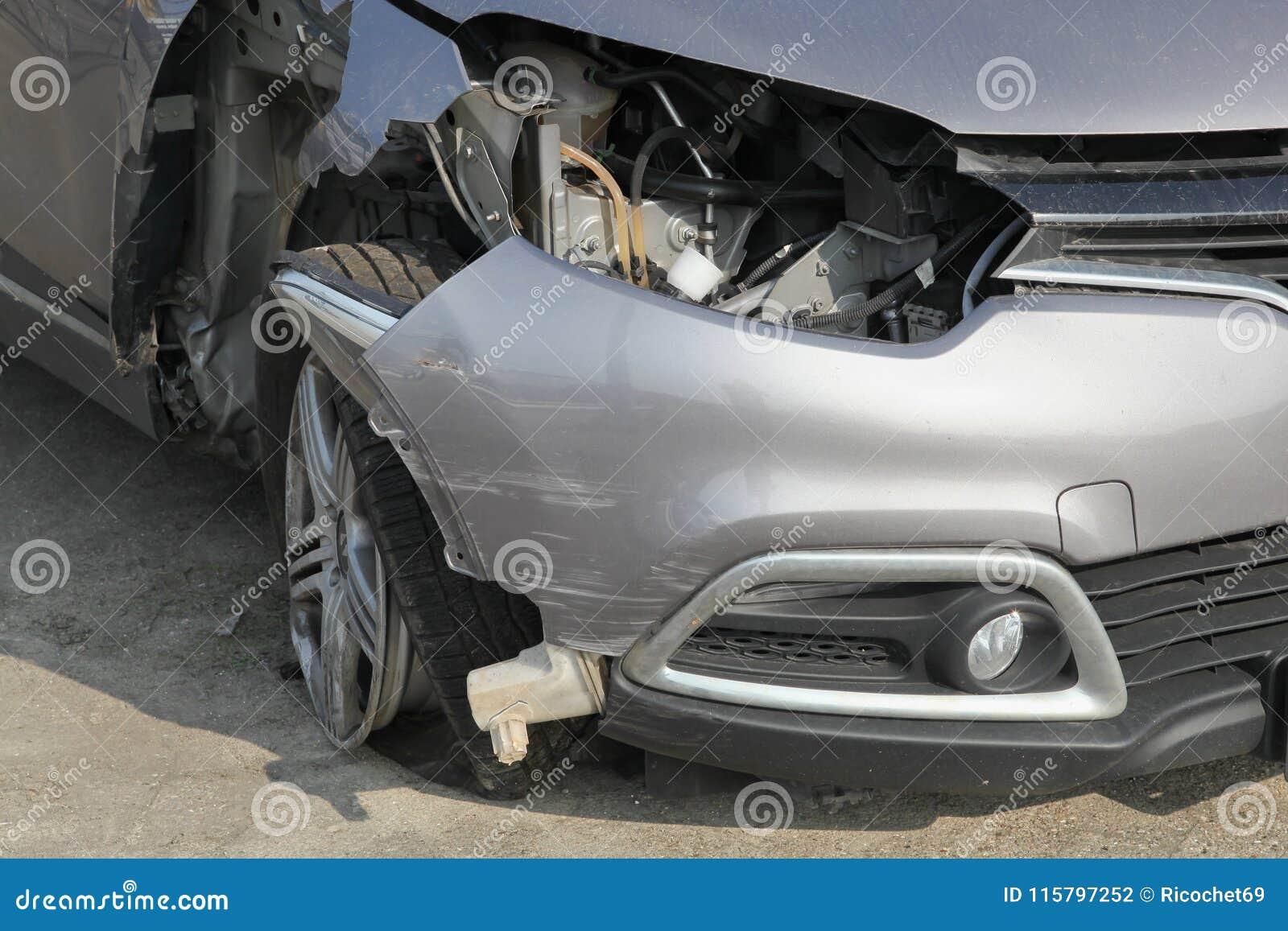 Zerschmettertes Auto-Wrack