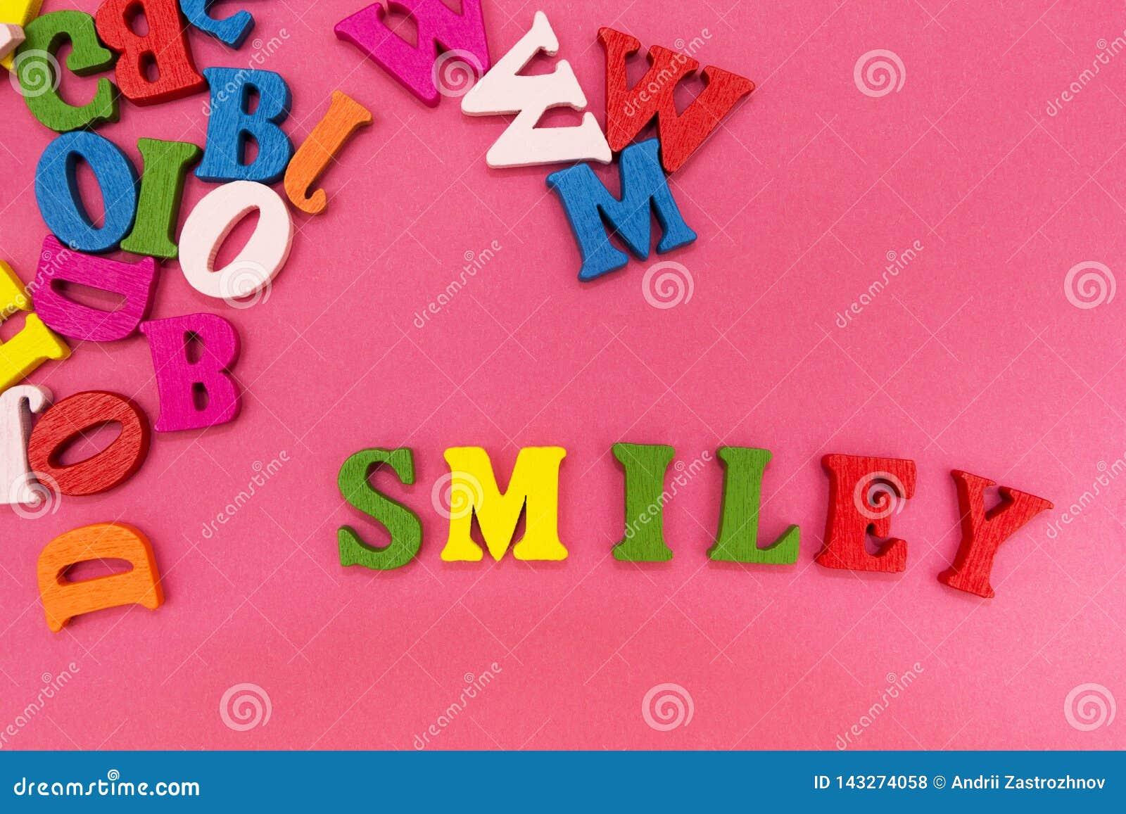 Zerstreute mehrfarbige Buchstaben auf einem rosa Hintergrund, das Wort