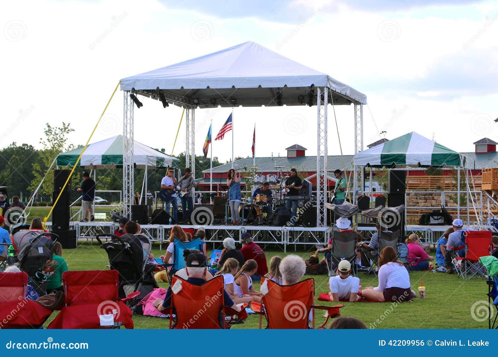 Zespół Wykonuje Na scenie Przy odkrycie parkiem Ameryka, Zrzeszeniowy miasto Tennessee