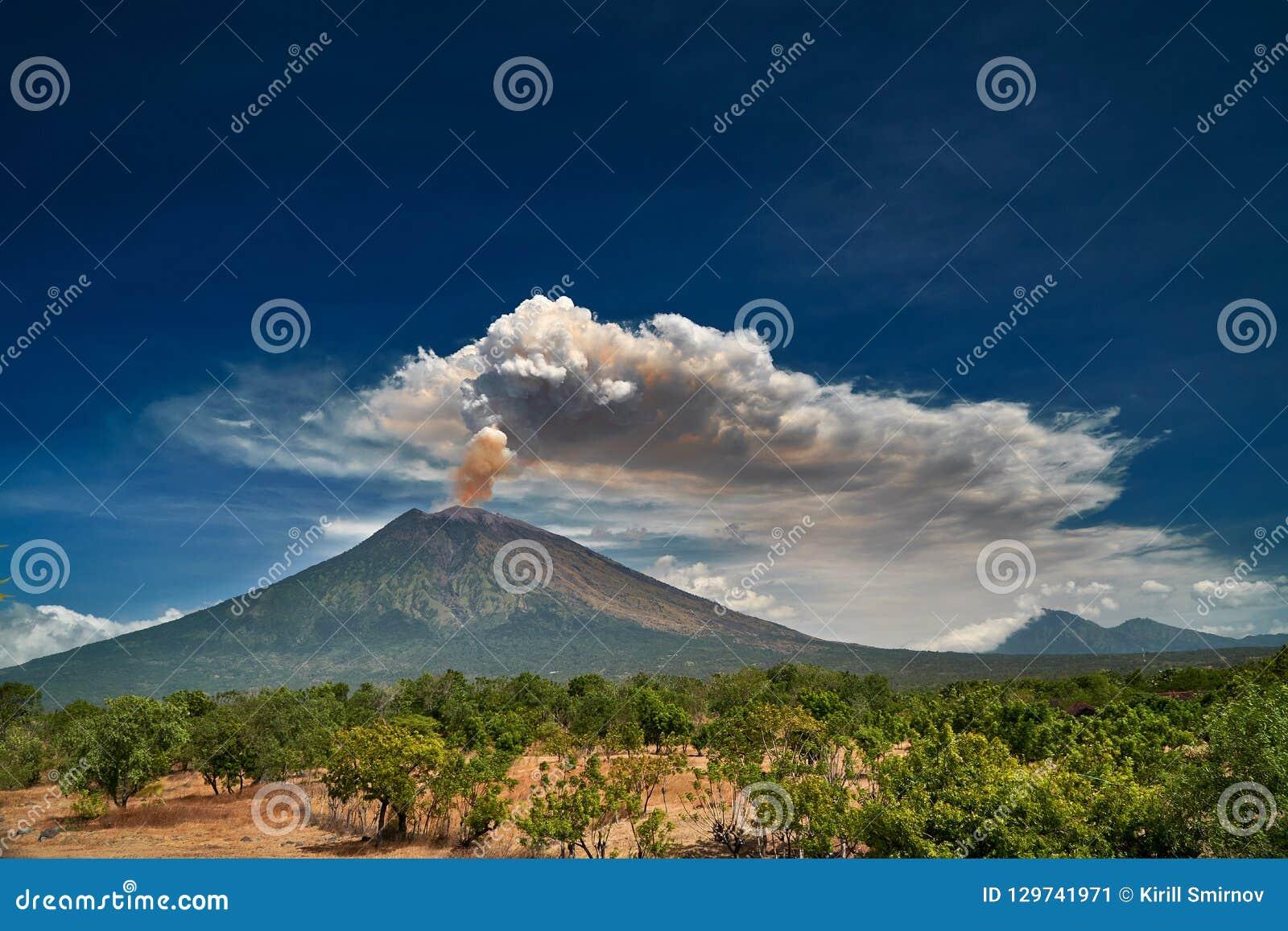 Zet Agung-vulkaan dramatische uitbarsting over donkerblauwe hemel op