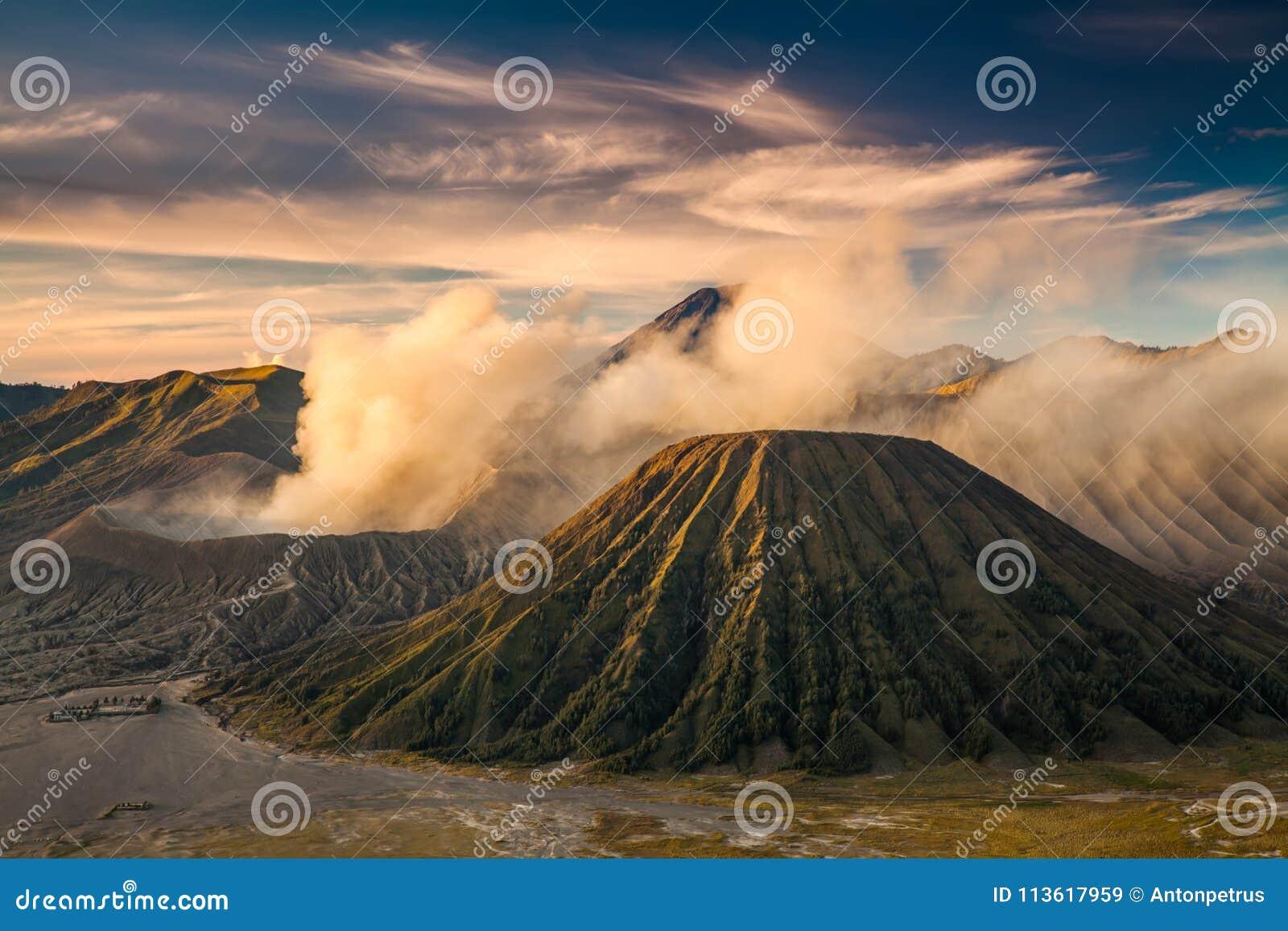 Zet Bromo-vulkaan Gunung Bromo tijdens het Nationale Park van zonsopgangbromo Tengger Semeru, Oost-Java, Indonesië op