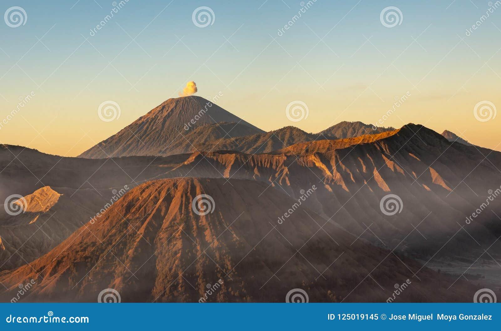 Zet Bromo-vulkaan tijdens gouden uur op bij het Nationale Park van Bromo Tengger Semeru, Oost-Java, Indonesië