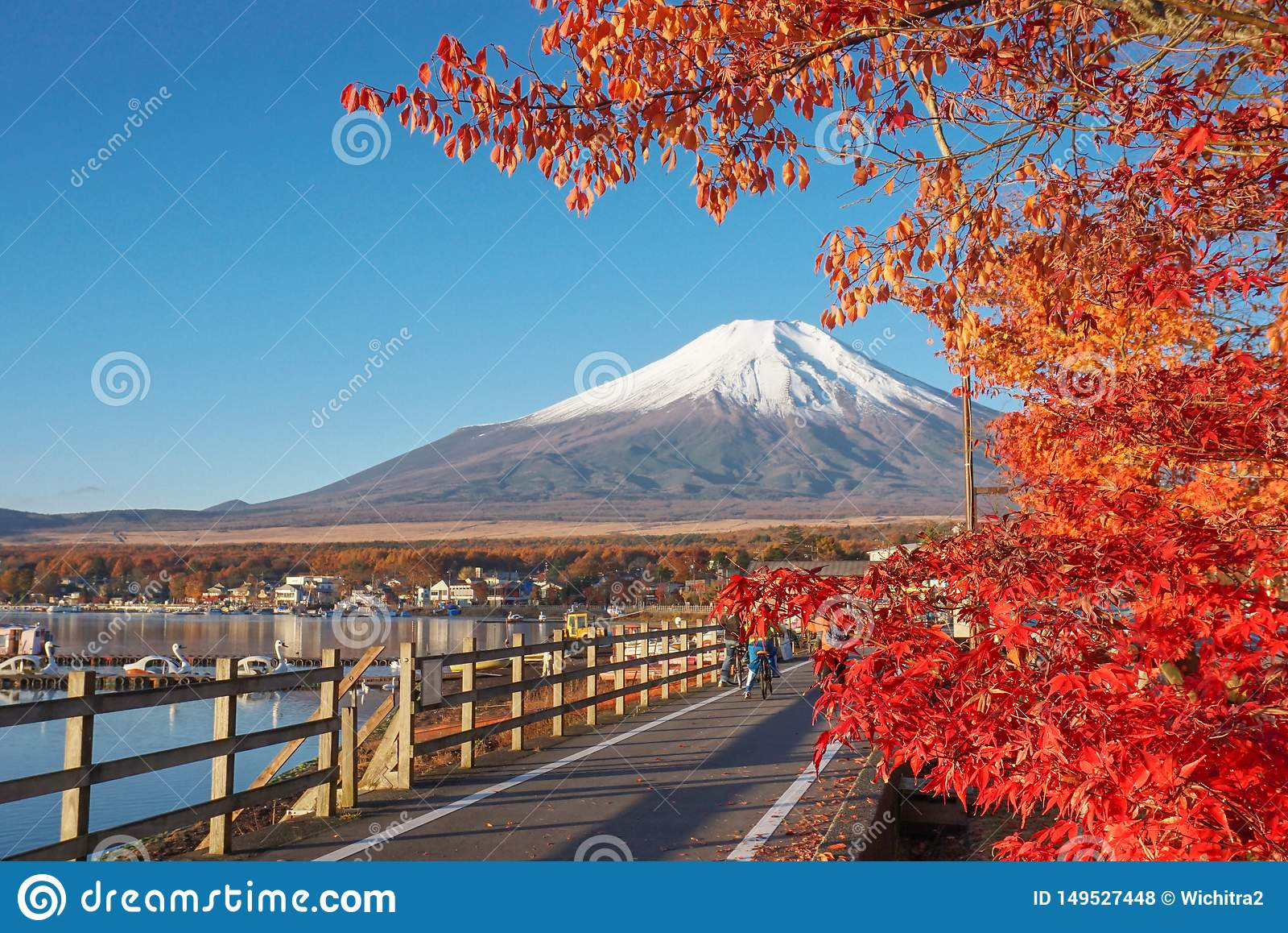 Zet Fuji met coulourful van esdoornbladeren bij Meer Yamanaka op