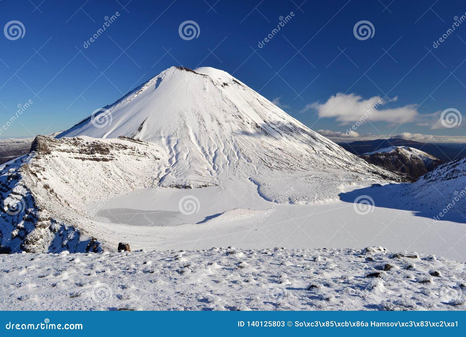 Zet Noodlot in de sneeuw, de winterlandschap in het nationale park van Tongariro op