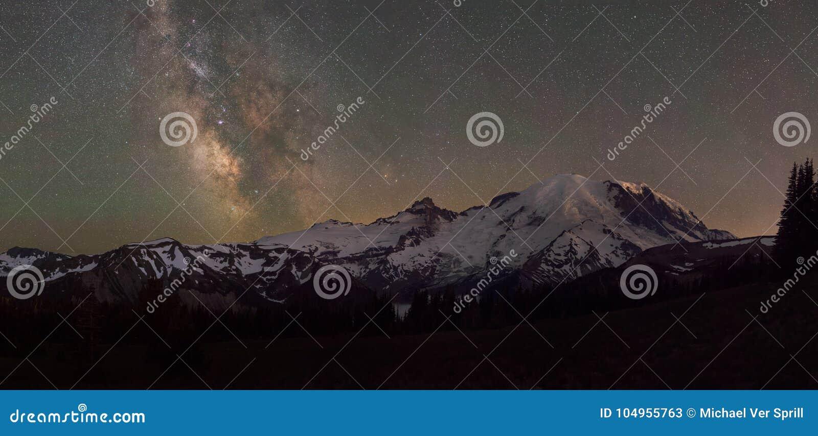 Zet Rainier Panorama onder de Melkwegmelkweg op