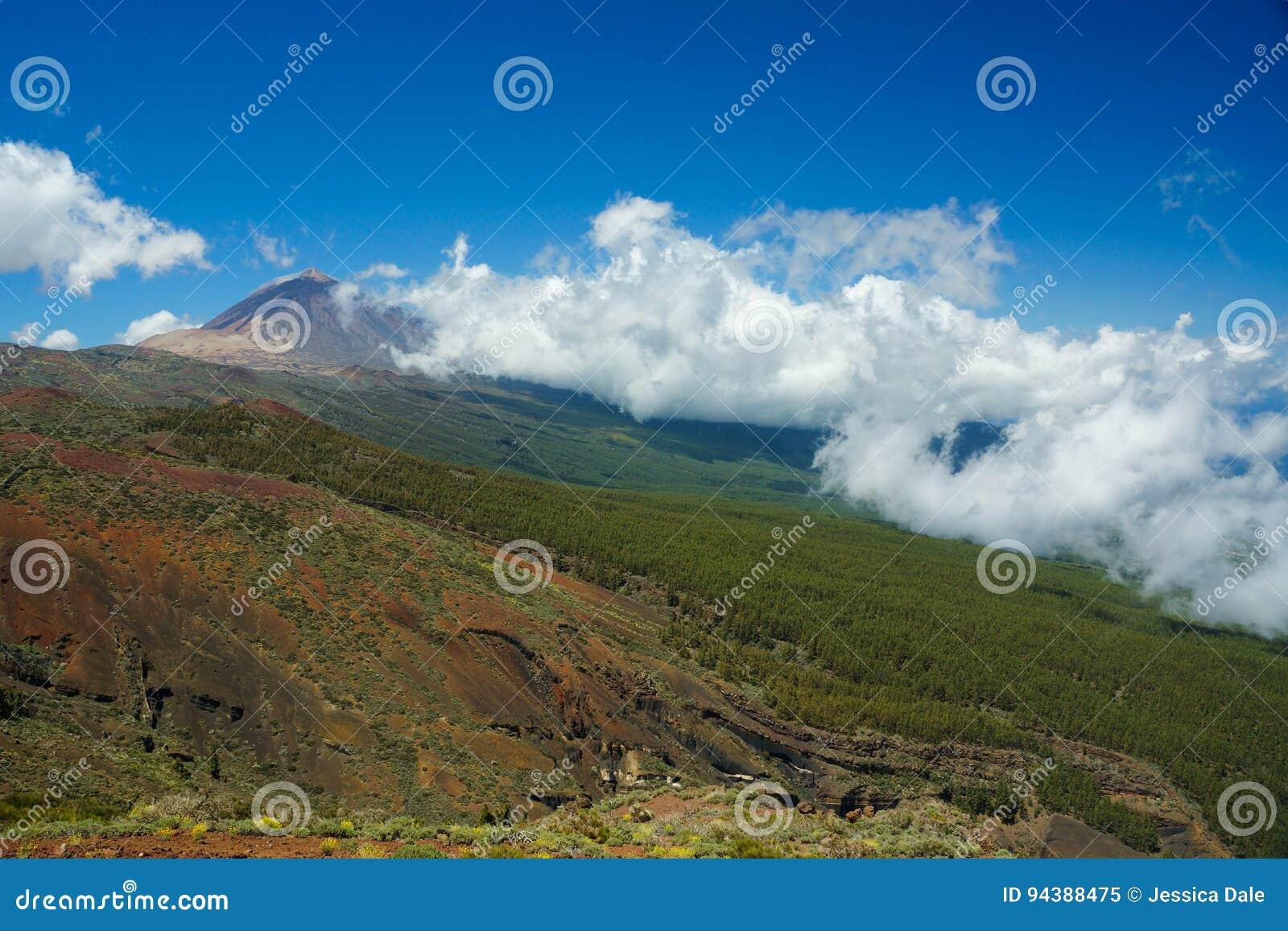 Zet Teide-torens over Tenerife op aangezien de lage wolk binnen rolt