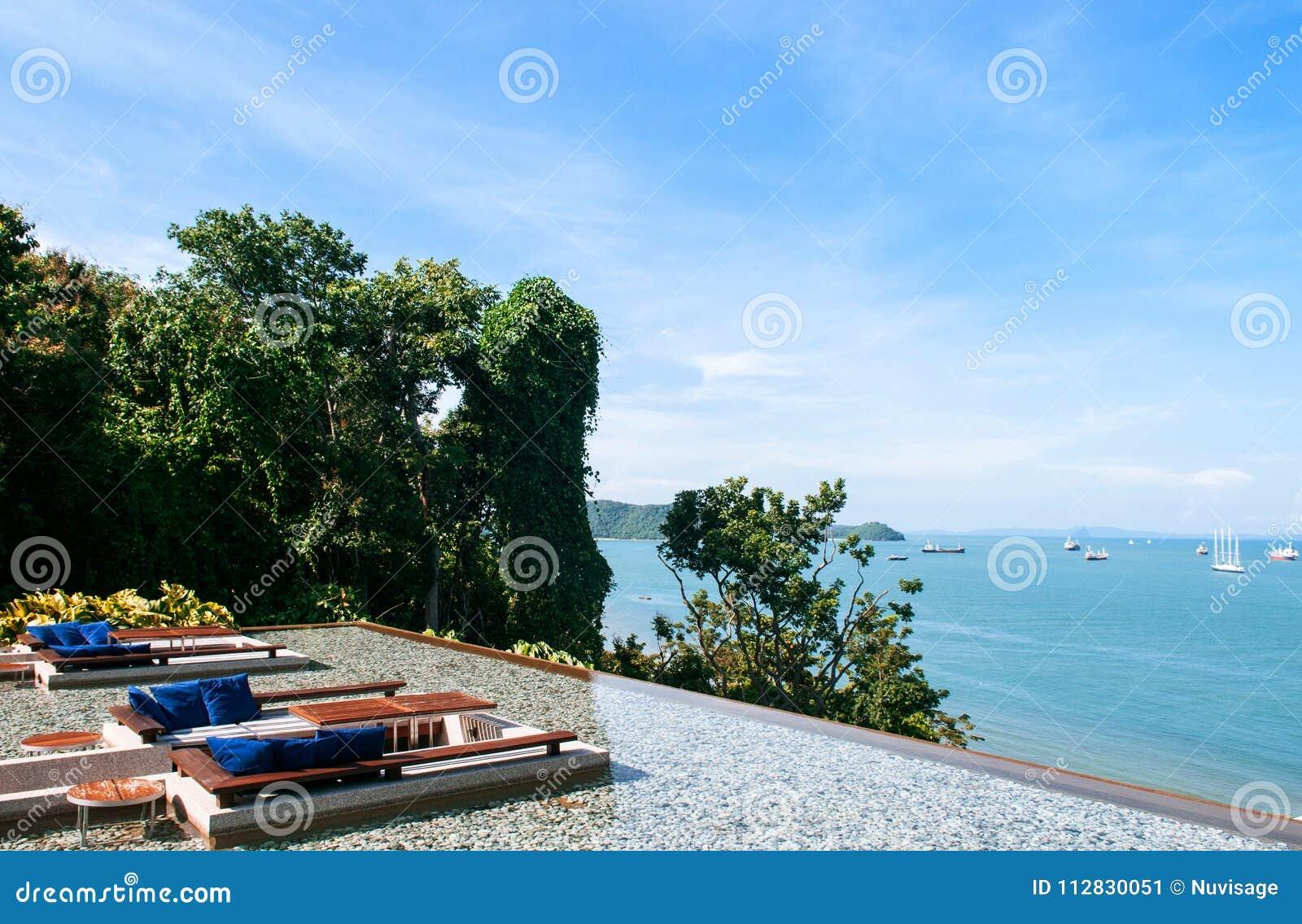 Zetel van de vakantie de ontspanning gedaalde zitkamer in de