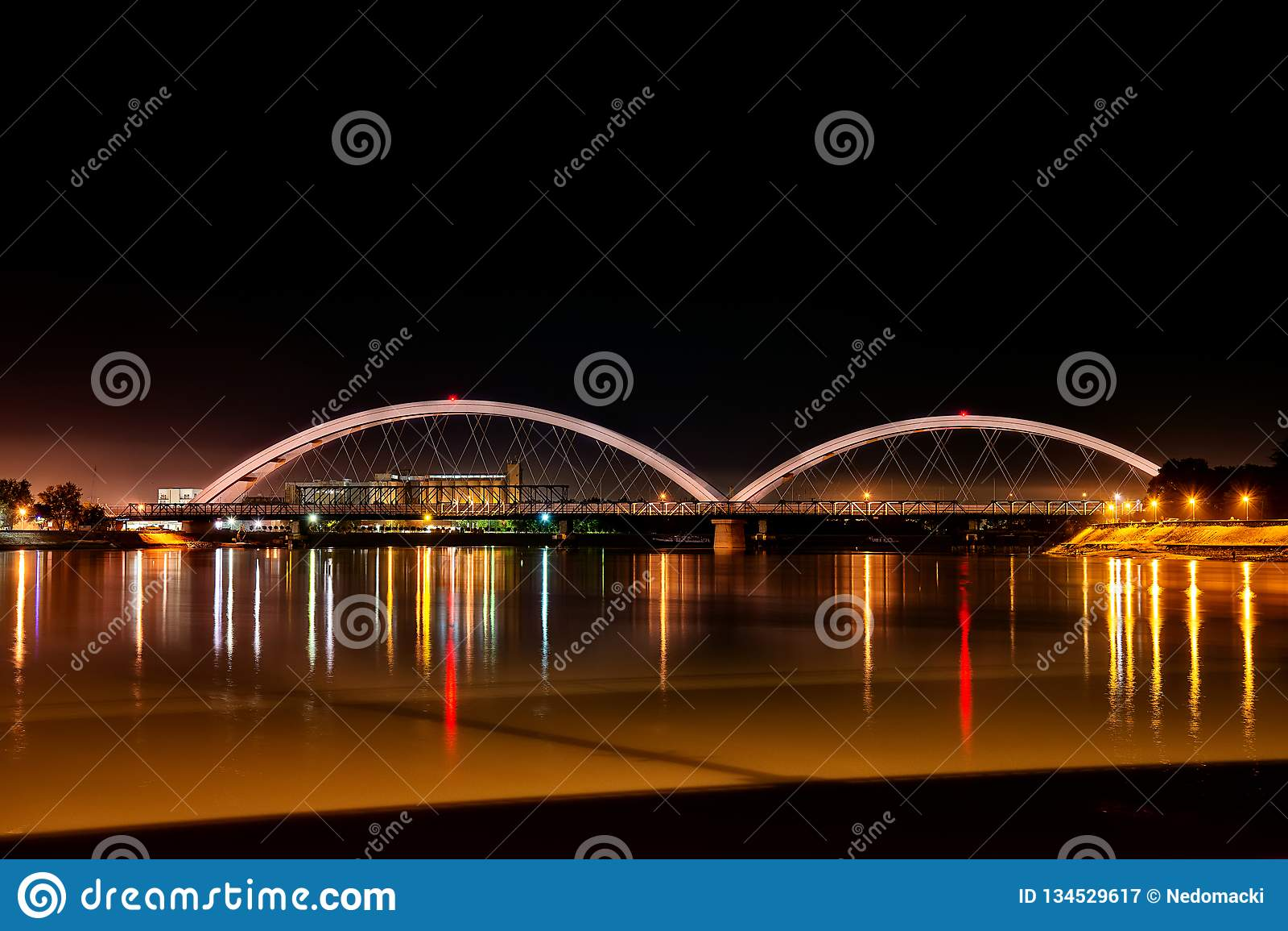 Zezeljbrug over Donau in  s nachts Novi Sad
