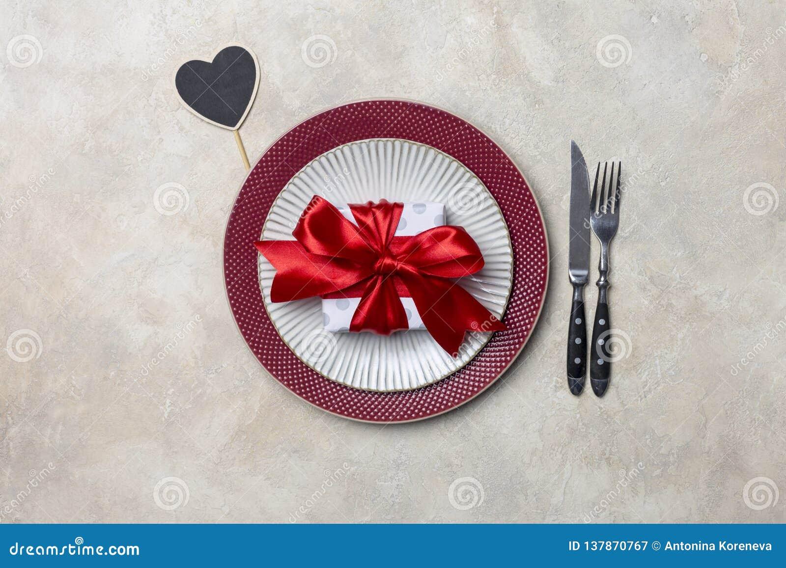 Zgłasza set dla walentynka dnia gościa restauracji z prezenta i stołu odzieżą