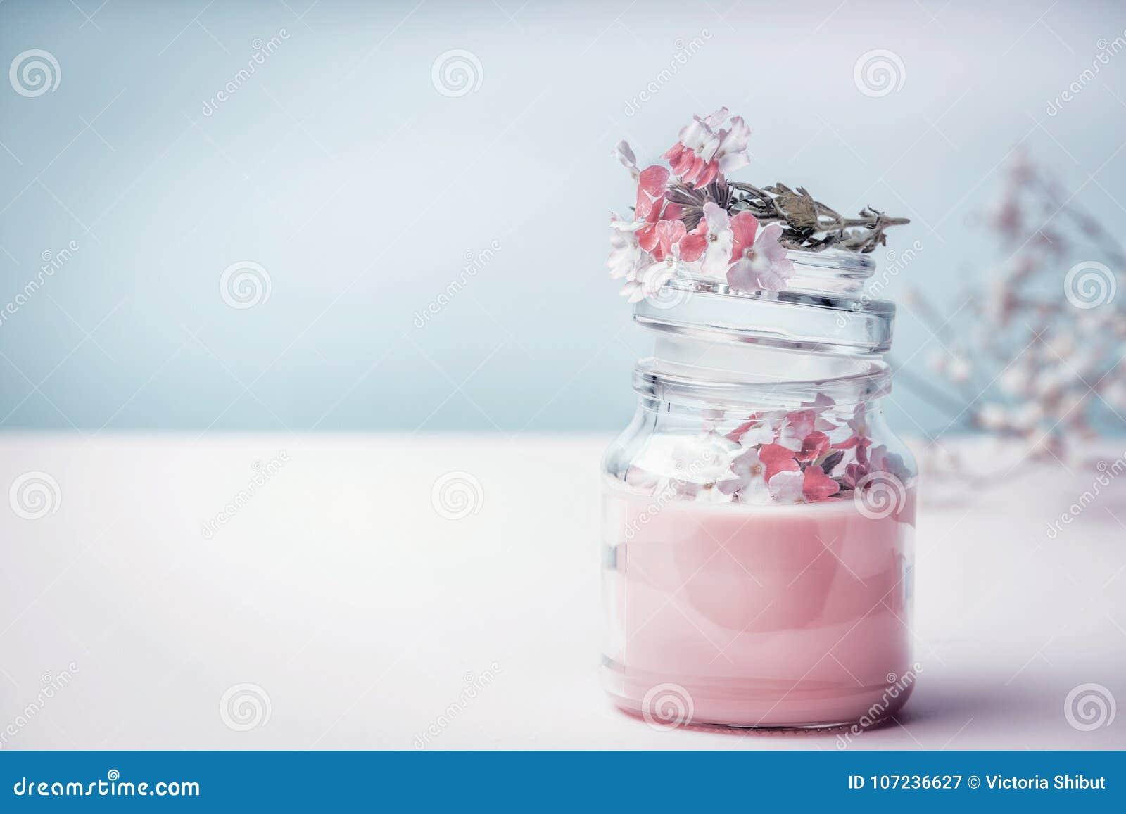 Zgrzyta z kwiecistą ziołową śmietanką z organicznie ziele kwiatami i, frontowy widok Naturalni organicznie kosmetyki