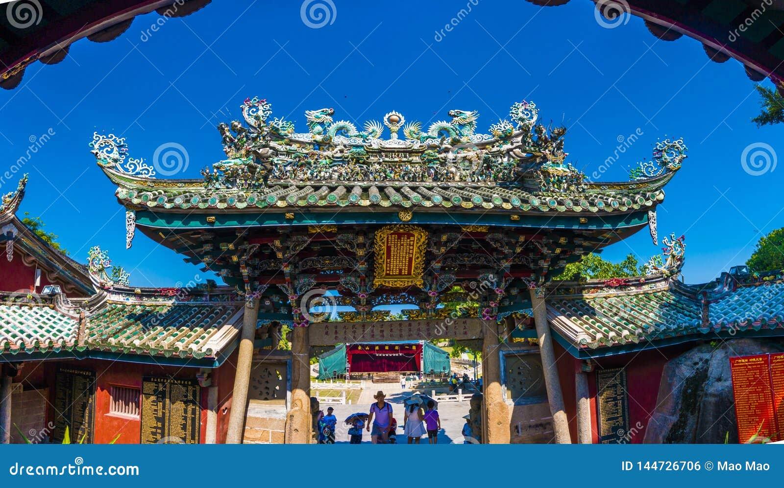 Zhangzhou, Chiny, Jul 12,2016-Dargon statua na świątynia dachu, smok statua na porcelanowym świątynia dachu jako azjatykcia sztuk