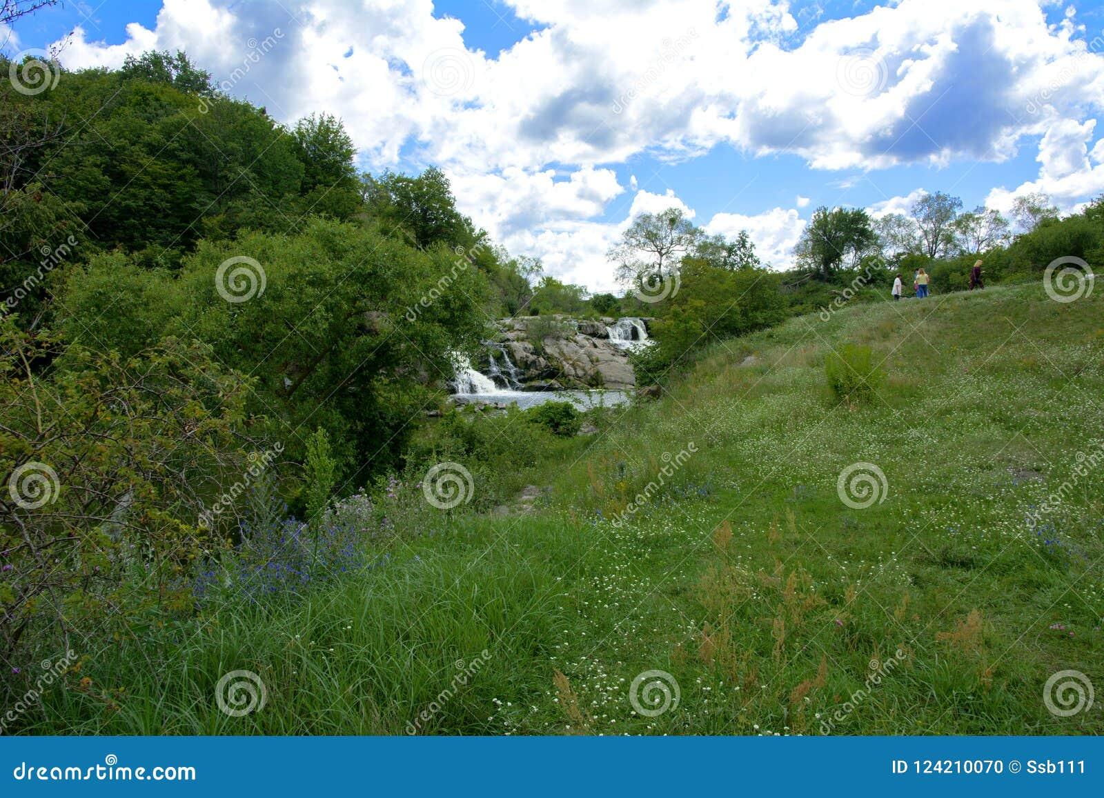Zhitomir, Украина - 16-ое июля 2018 Водопад на реке fl