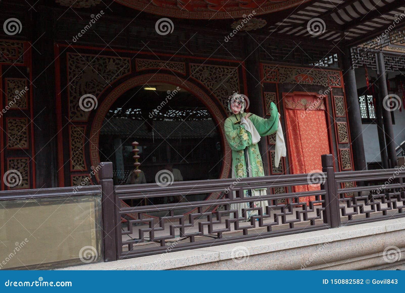 ZHOUZHUANG, КИТАЙ: Талантливый совершитель оперы поя оперу Kunqu, одну из самых старых форм китайской оперы, на Zhouzhuang старом