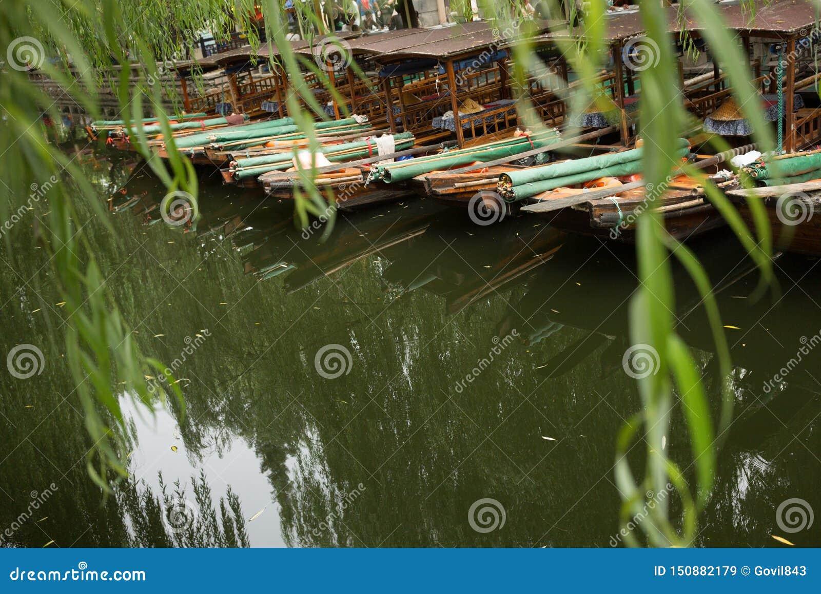 ZHOUZHUANG, CHINA: Timonel que conduce el barco que pasa a través de los canales