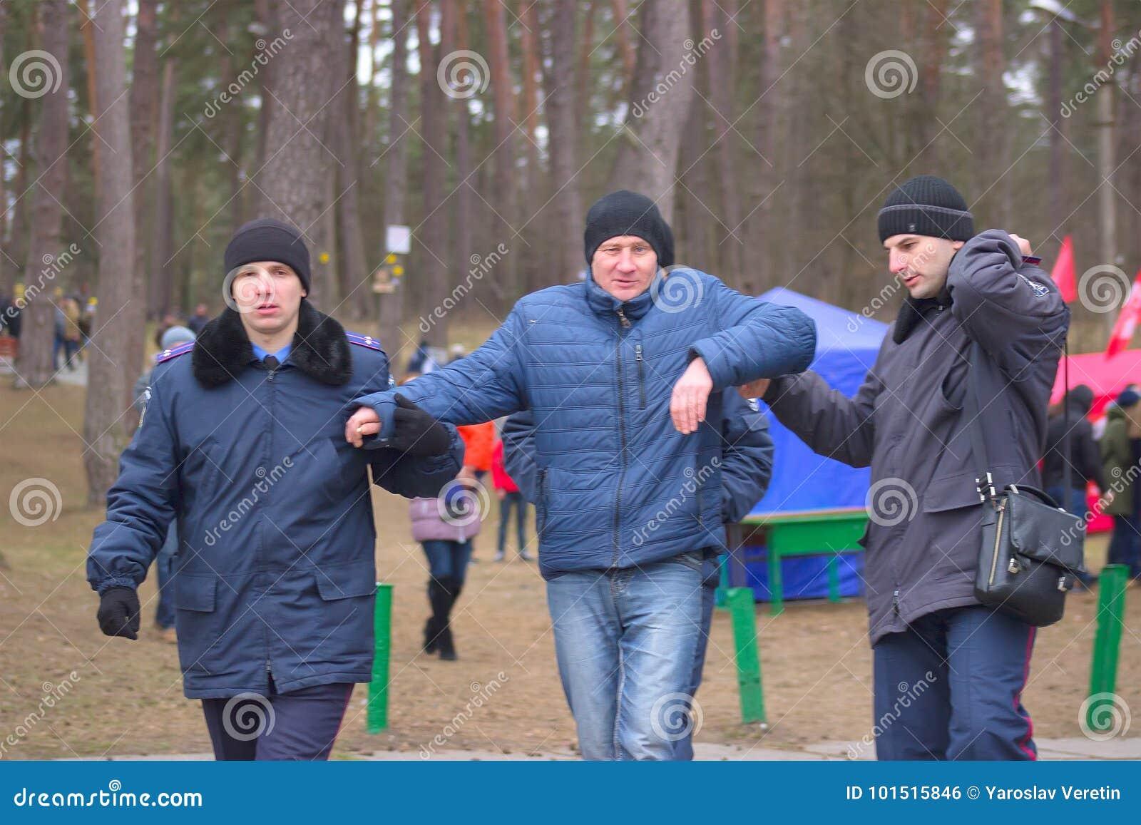 Zhytomyr, Украина - 19-ое января 2016: Человек арестованный полицией drunked