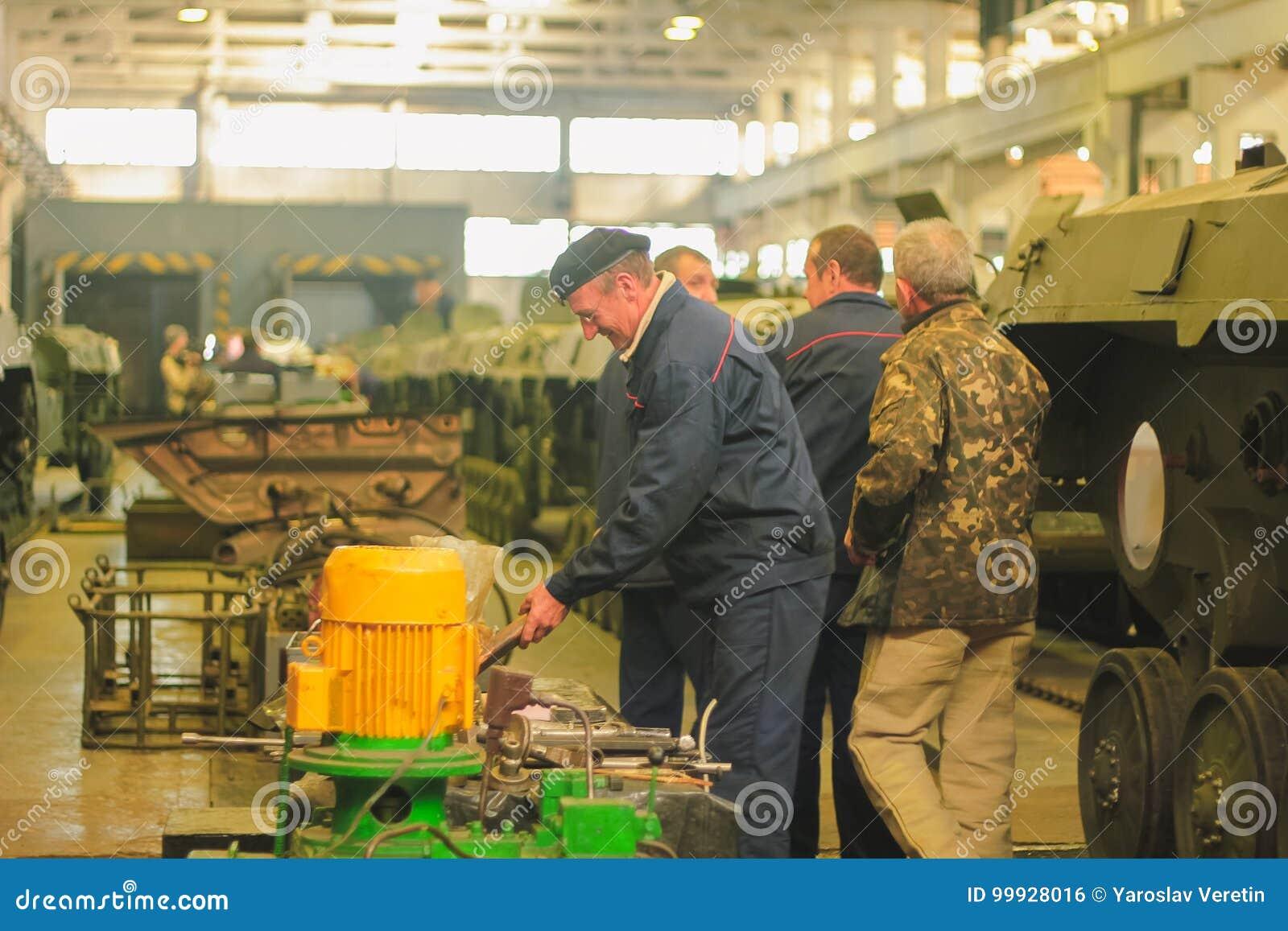 ZHYTOMYR, de OEKRAÏNE - 10 Oct, 2014: Russische gepantserde personeelsdrager met tanks in de hangaar