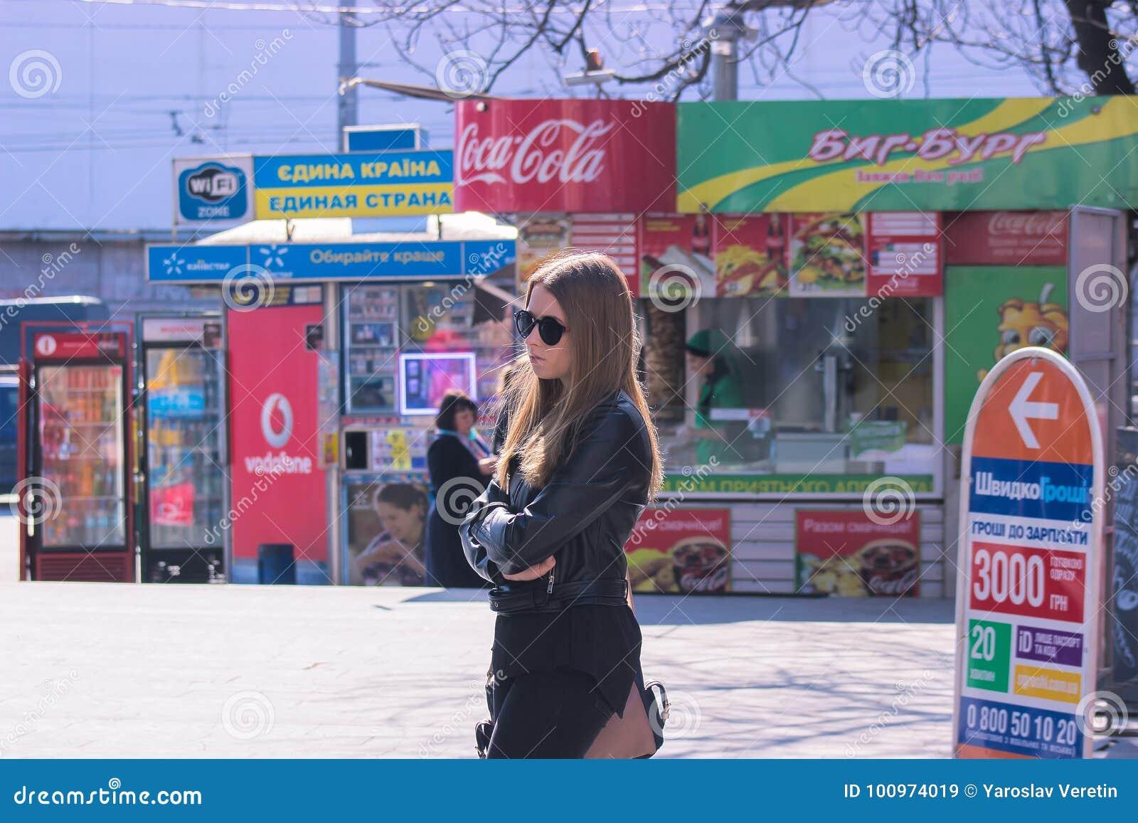 Zhytomyr, Ucrania - 5 de septiembre de 2015: Espera de la muchacha para un autobús Para padres que esperan adolescentes aburridos