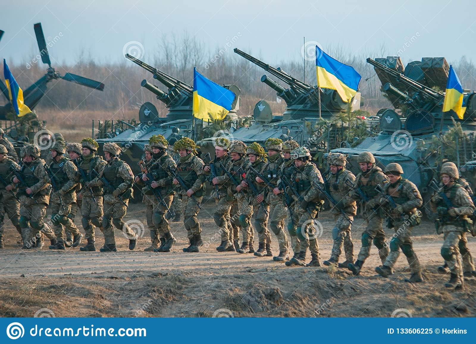 Zhytomyr Ukraina, Listopad, - 1, 2017: Ukraińskiego wojskowego iść strajk z zbiornikami