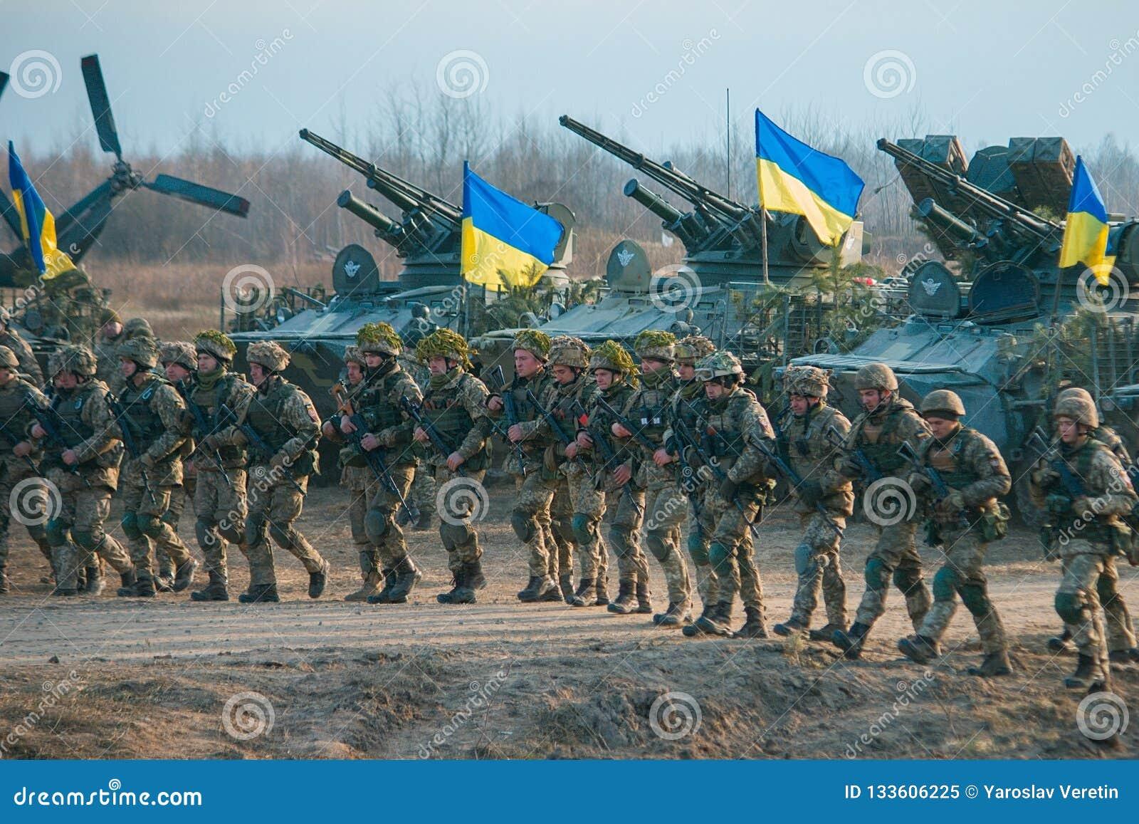 Zhytomyr Ukraina - November 1, 2017: Ukrainskt militärt gående slag med behållare