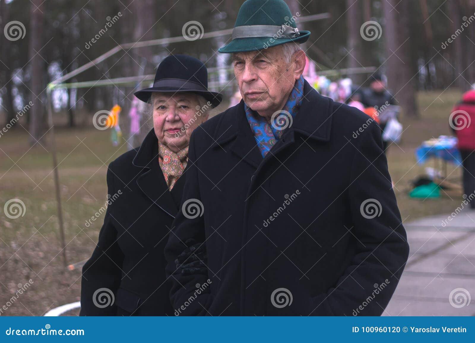Zhytomyr, Ukraine - 3 octobre 2015 : vieux couples marchant en parc