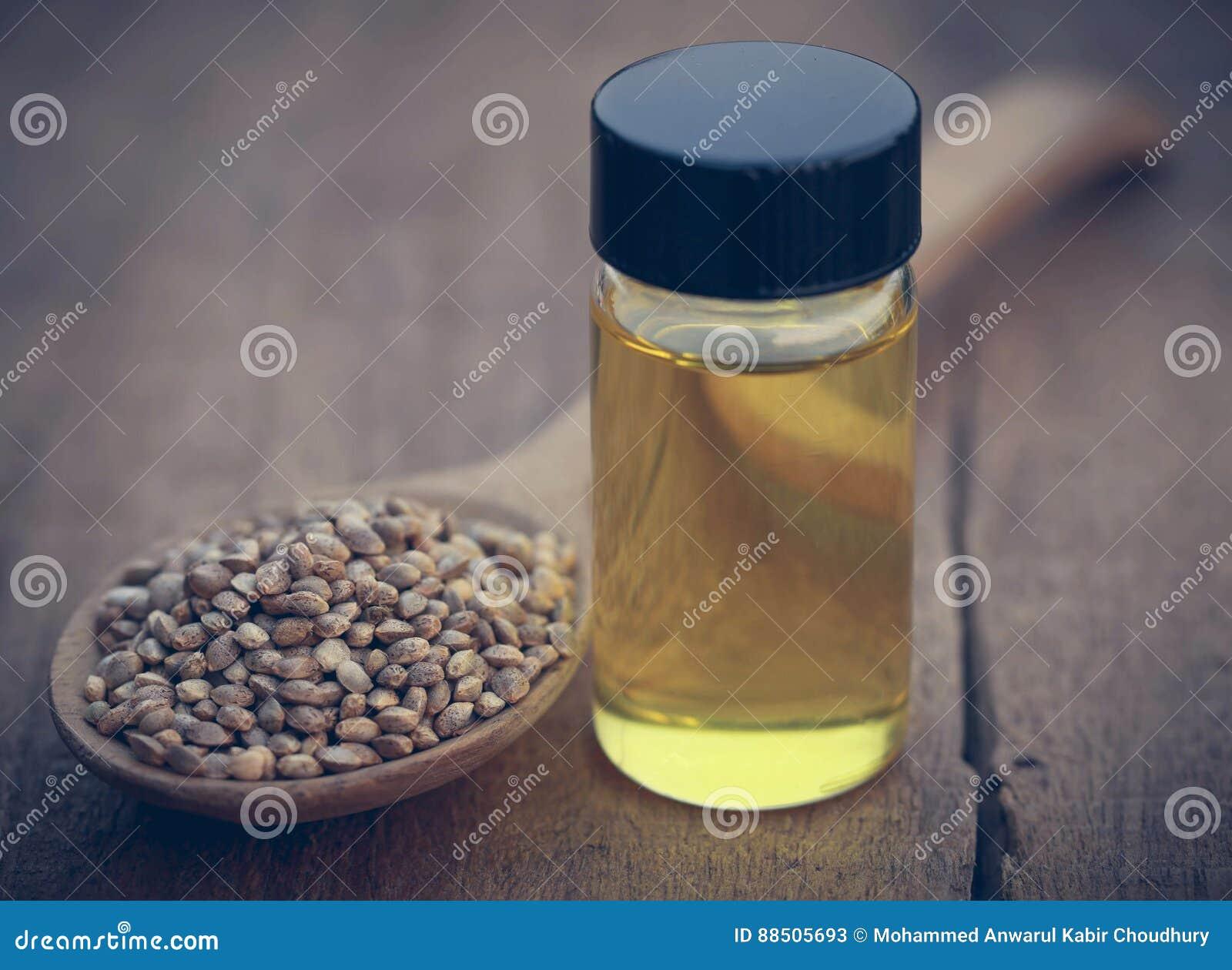 Ziarna marihuany lub konopie z istotnym olejem w butelce