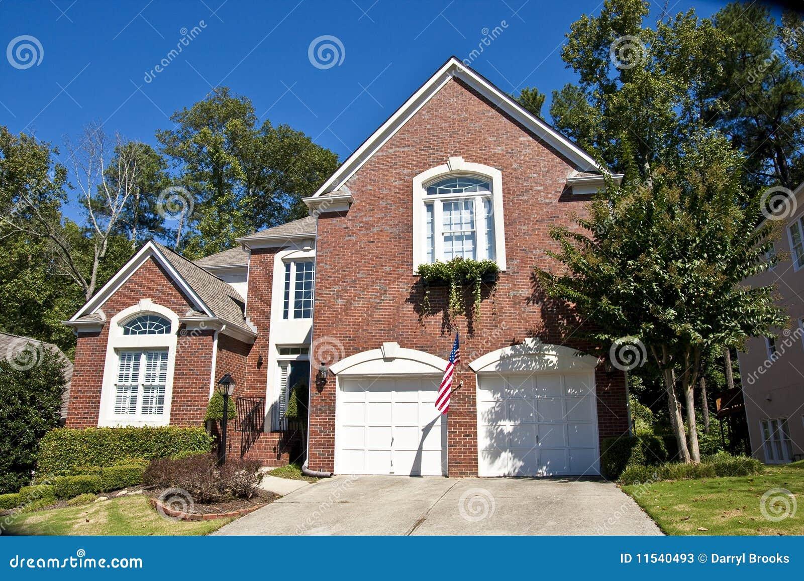 Ziegelstein-Haus Auf Hügel Mit Amerikanischer Flagge Stockbild ...