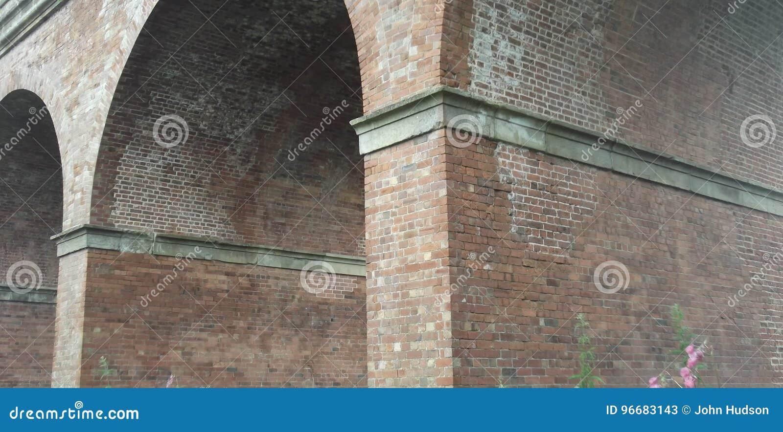 Ziegelsteinbögen eines Bahnviadukts