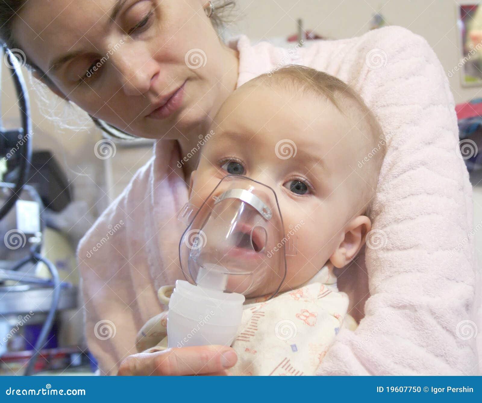 Zieke baby met verstuiversmasker