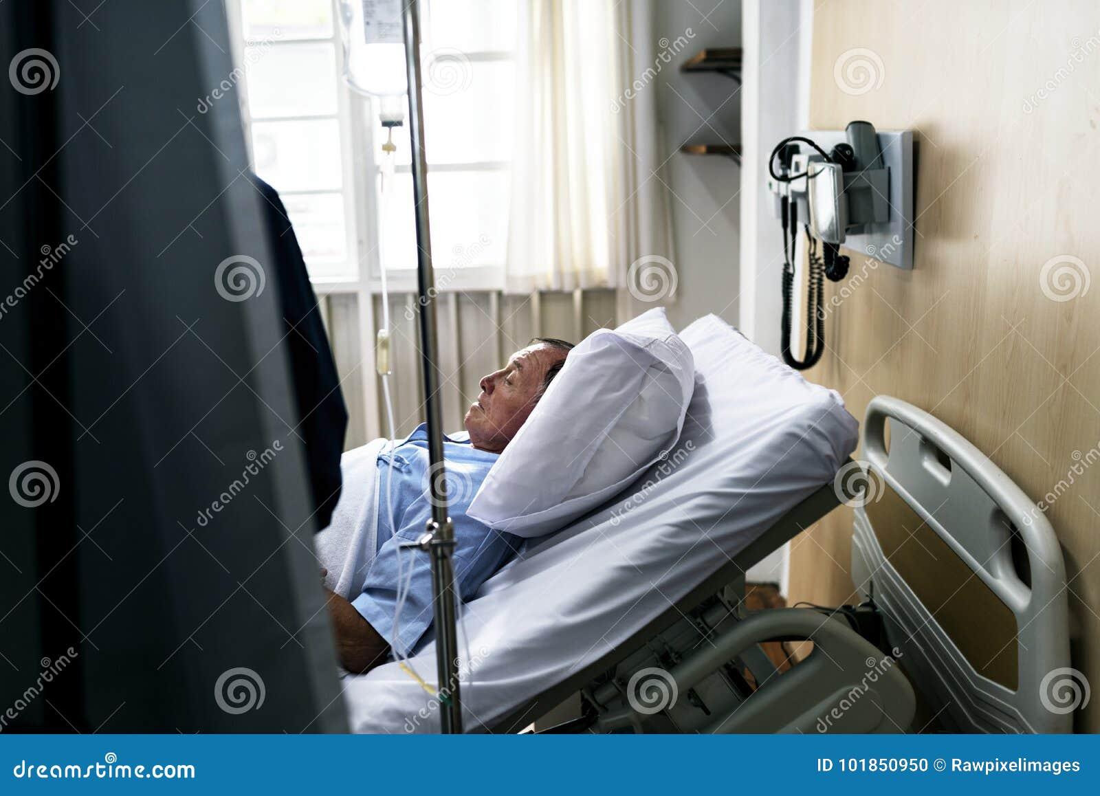 Zieke bejaarden die bij het ziekenhuis blijven
