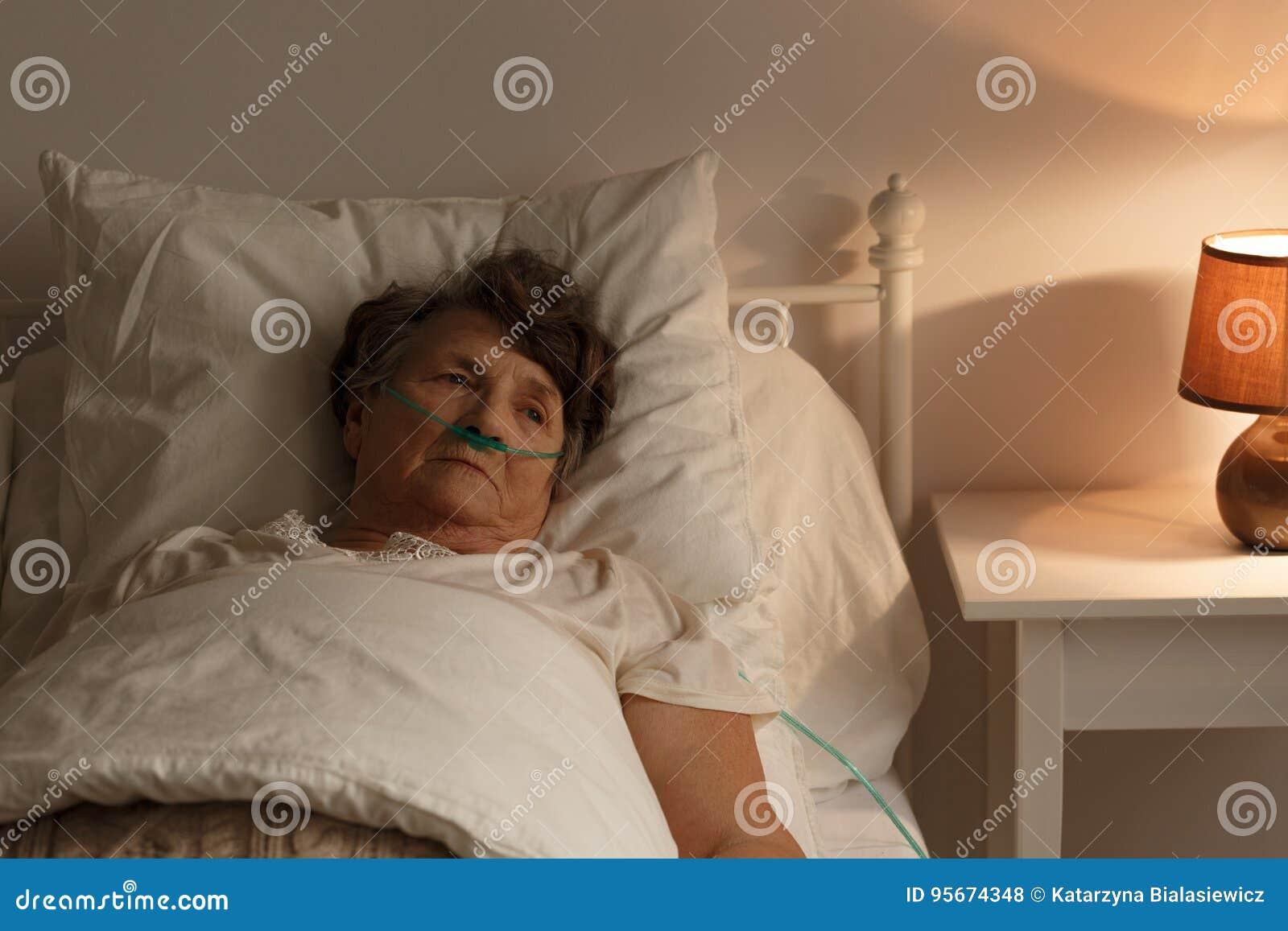 Zieke hogere vrouw in bed