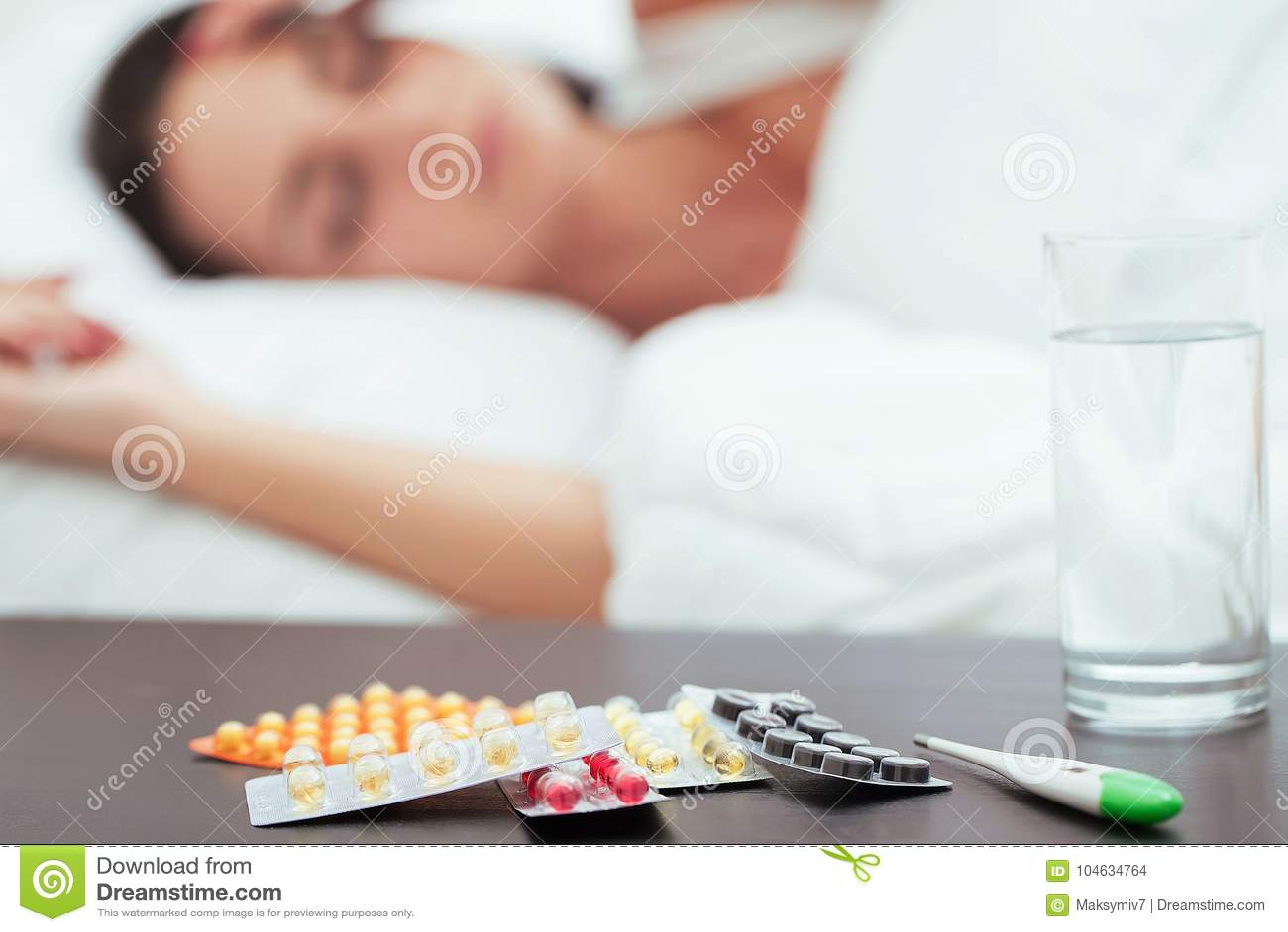 Download Zieke Mooie Vrouw Die In Bed Thuis Rusten Stock Foto - Afbeelding bestaande uit huis, slaapkamer: 104634764