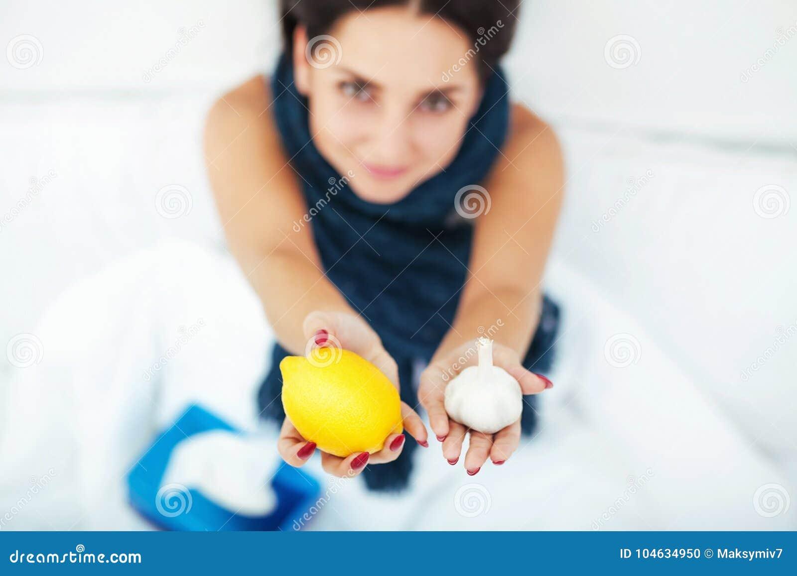 Download Zieke Mooie Vrouw Die In Bed Thuis Rusten Stock Foto - Afbeelding bestaande uit wijfje, volwassen: 104634950