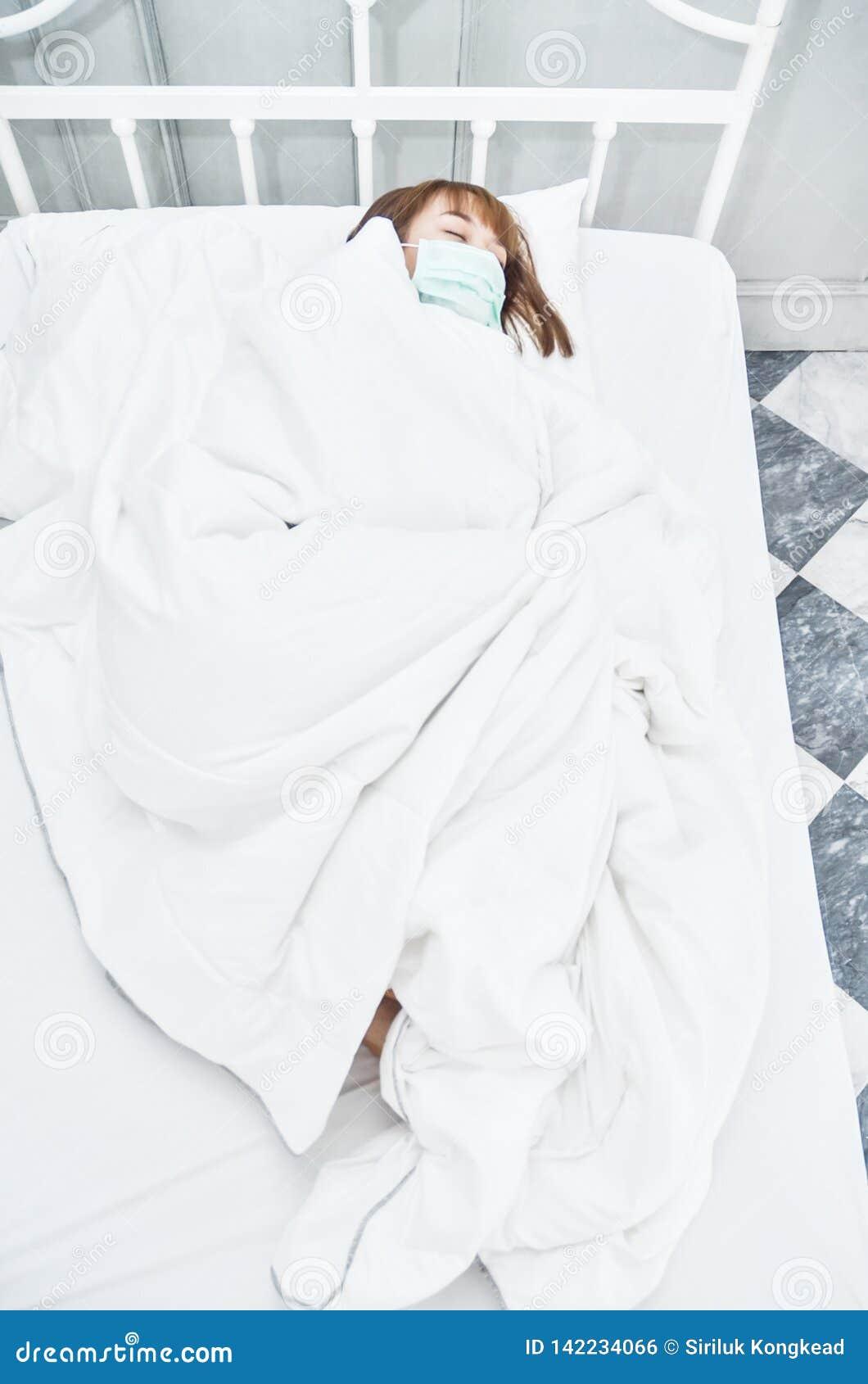 Zieke vrouw die op het bed liggen