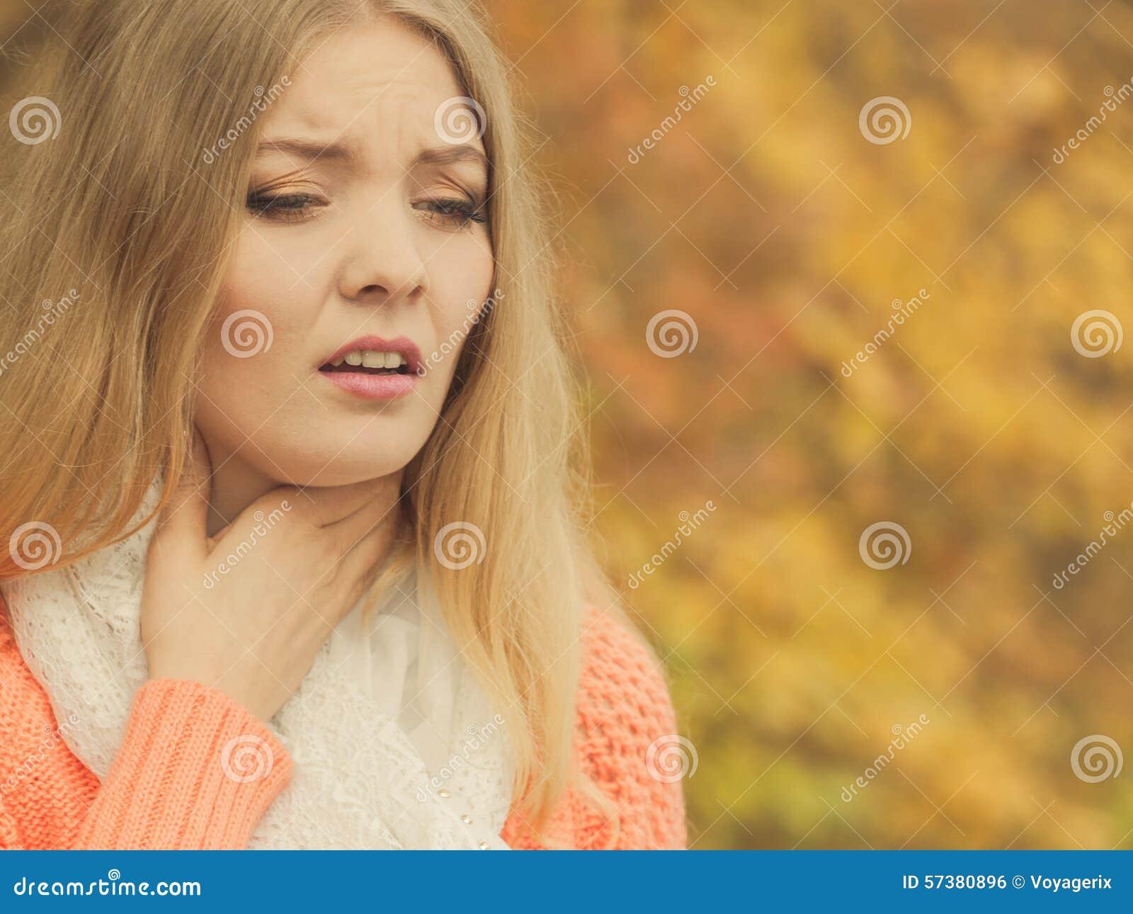 Zieke zieke vrouw in de herfstpark