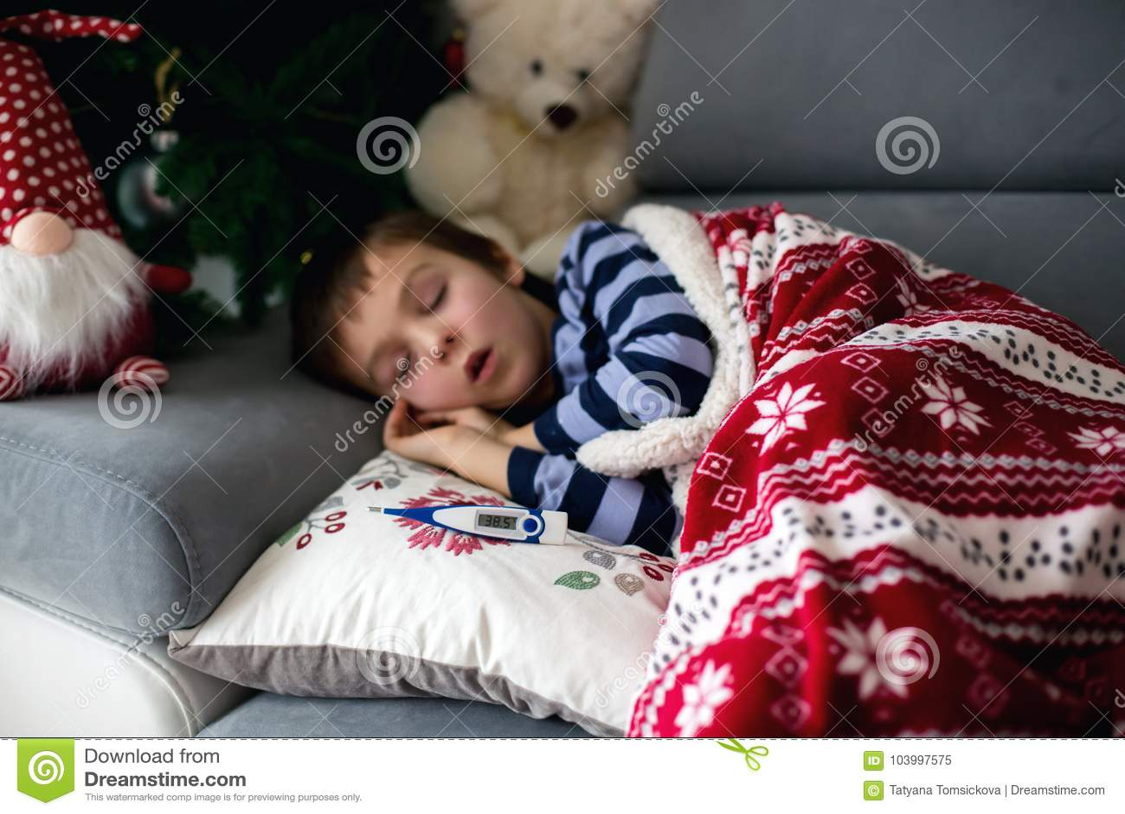 Zieken weinig kind, jongen, met hoge koortsslaap op de laag bij