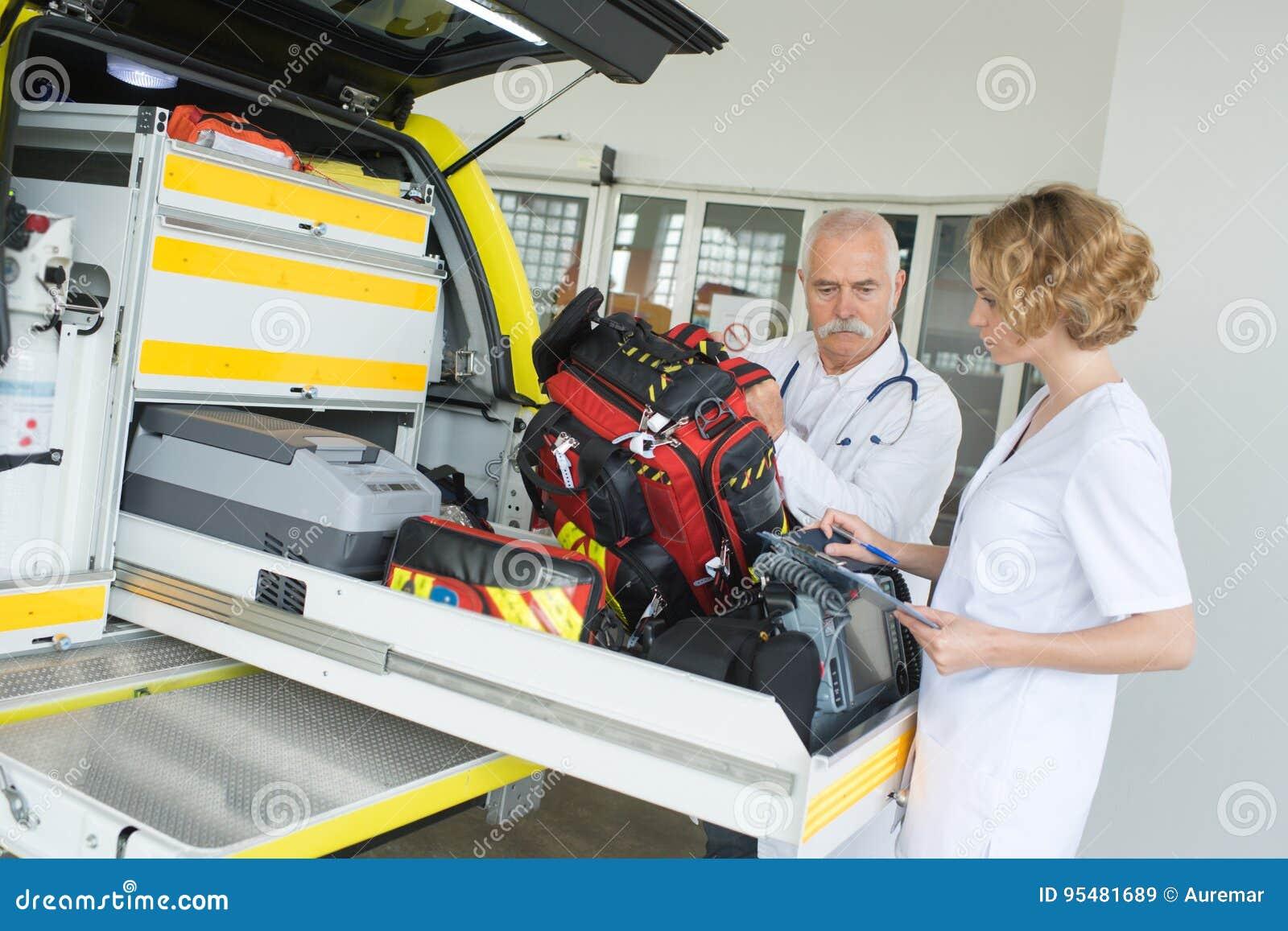 Ziekenwagen verpleegster en artsenverpakkingstoestel in voertuig