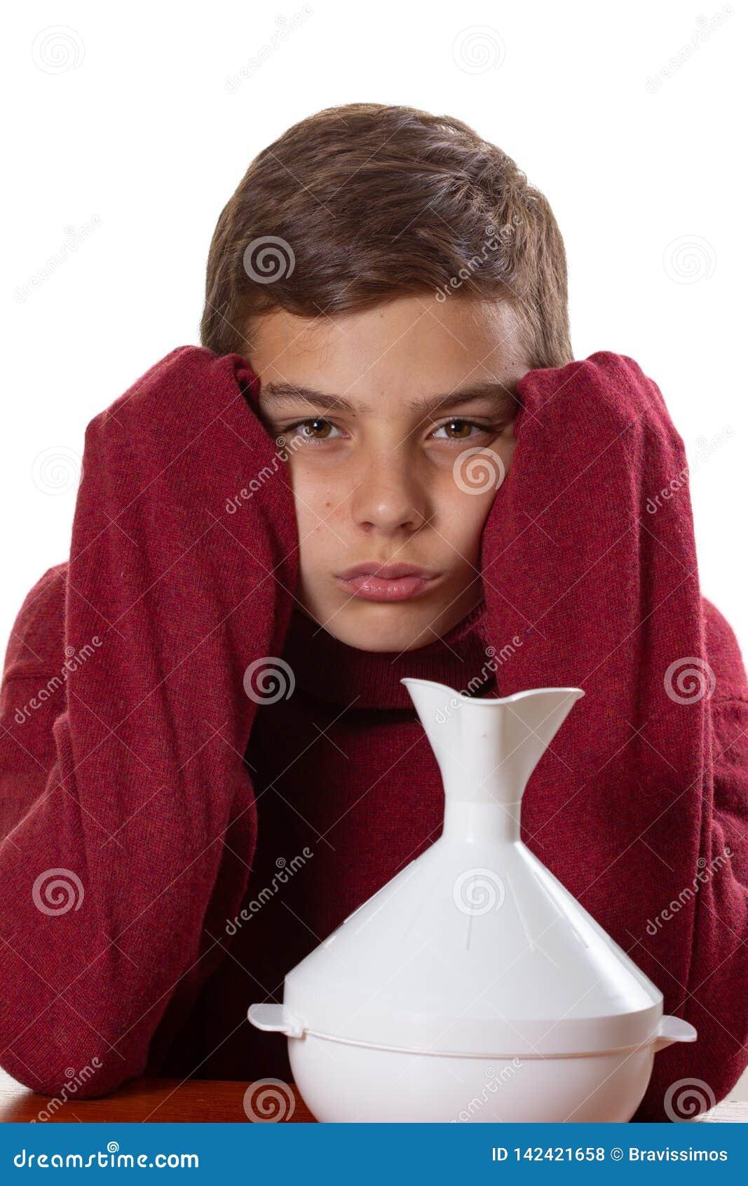 Ziekteinhaleertoestel en medische behandeling voor Kaukasische astmatische jongen,