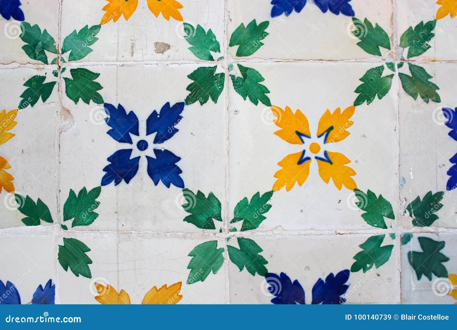 Zieleń, błękit i kolor żółty deseniować płytki na budynku w Lis,