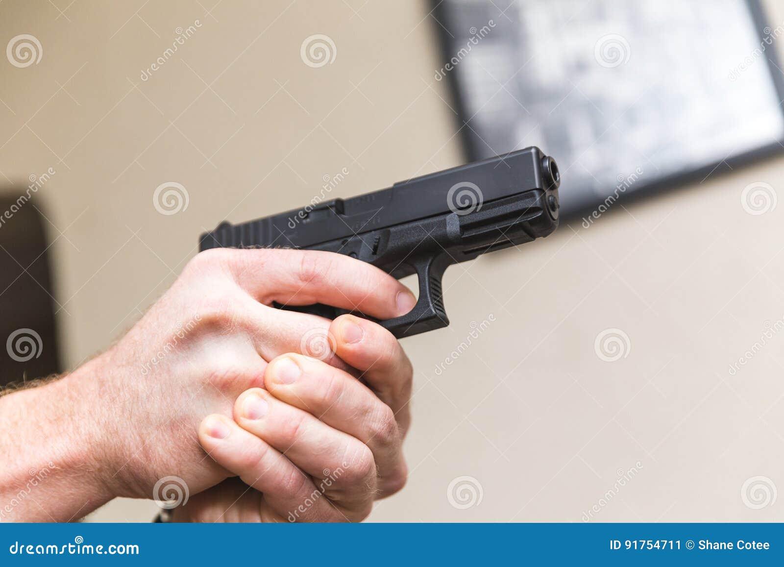 Zielen des Gewehrs innerhalb des Hauses