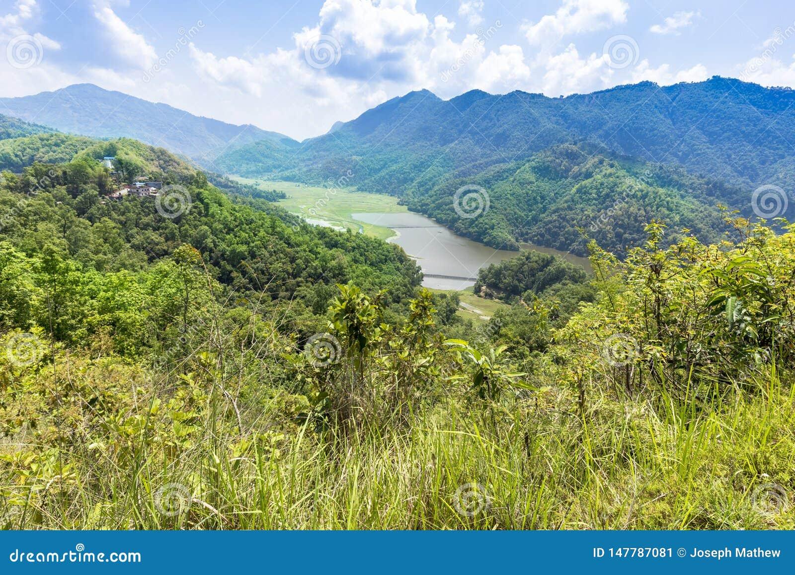 Zielona dolina Begnas i mały jezioro na tle
