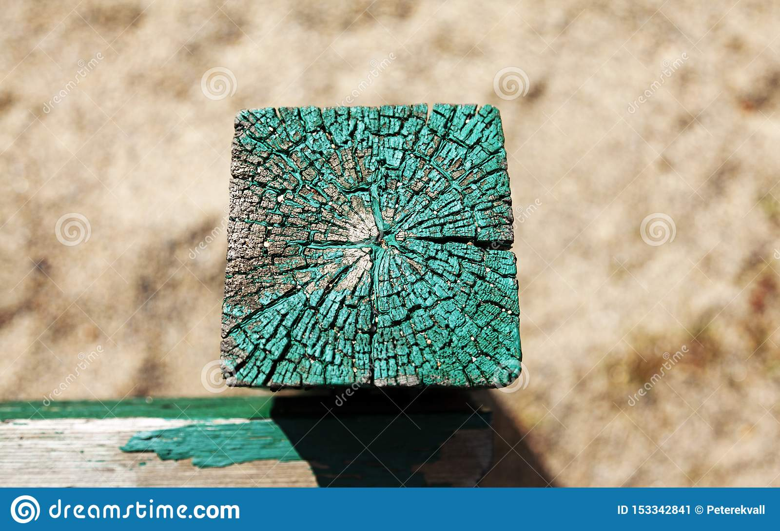Zielona drewniana poczta w piaskownicie jak widzieć z góry