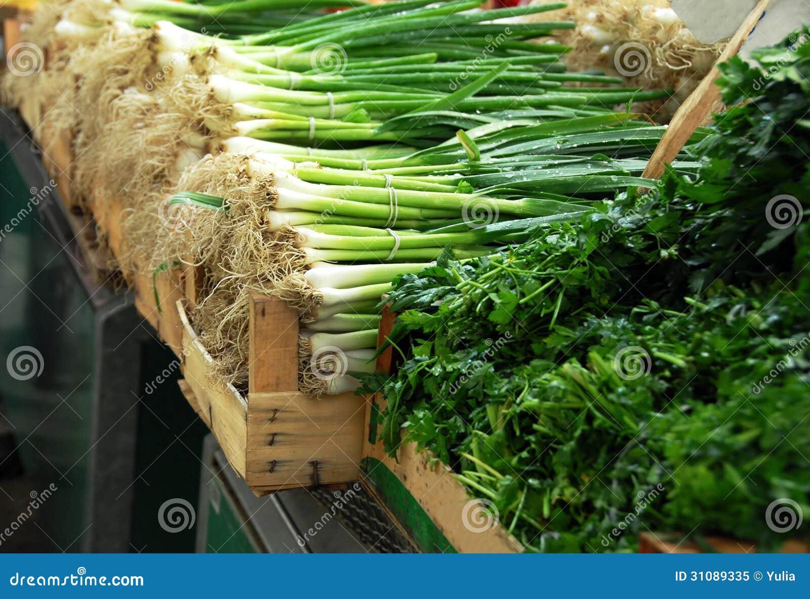 Zielona wiosny cebula na rynku