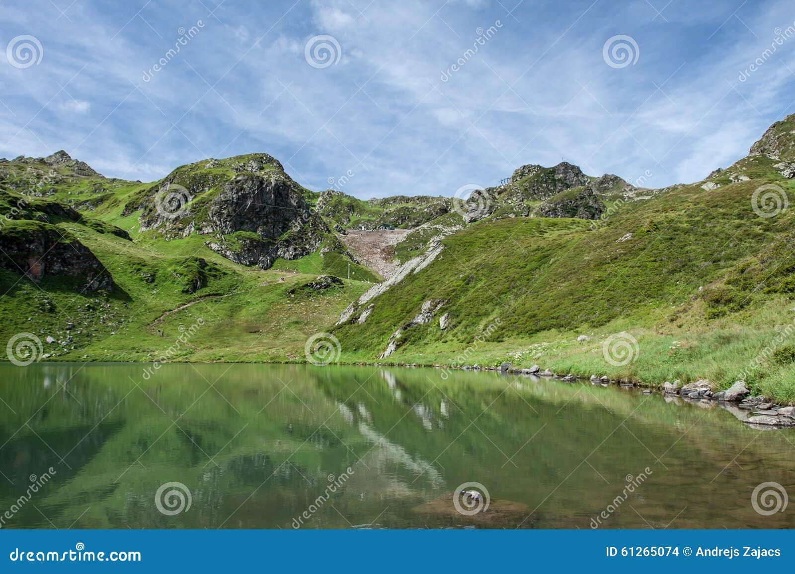 Zielone góry i jezioro, Austria