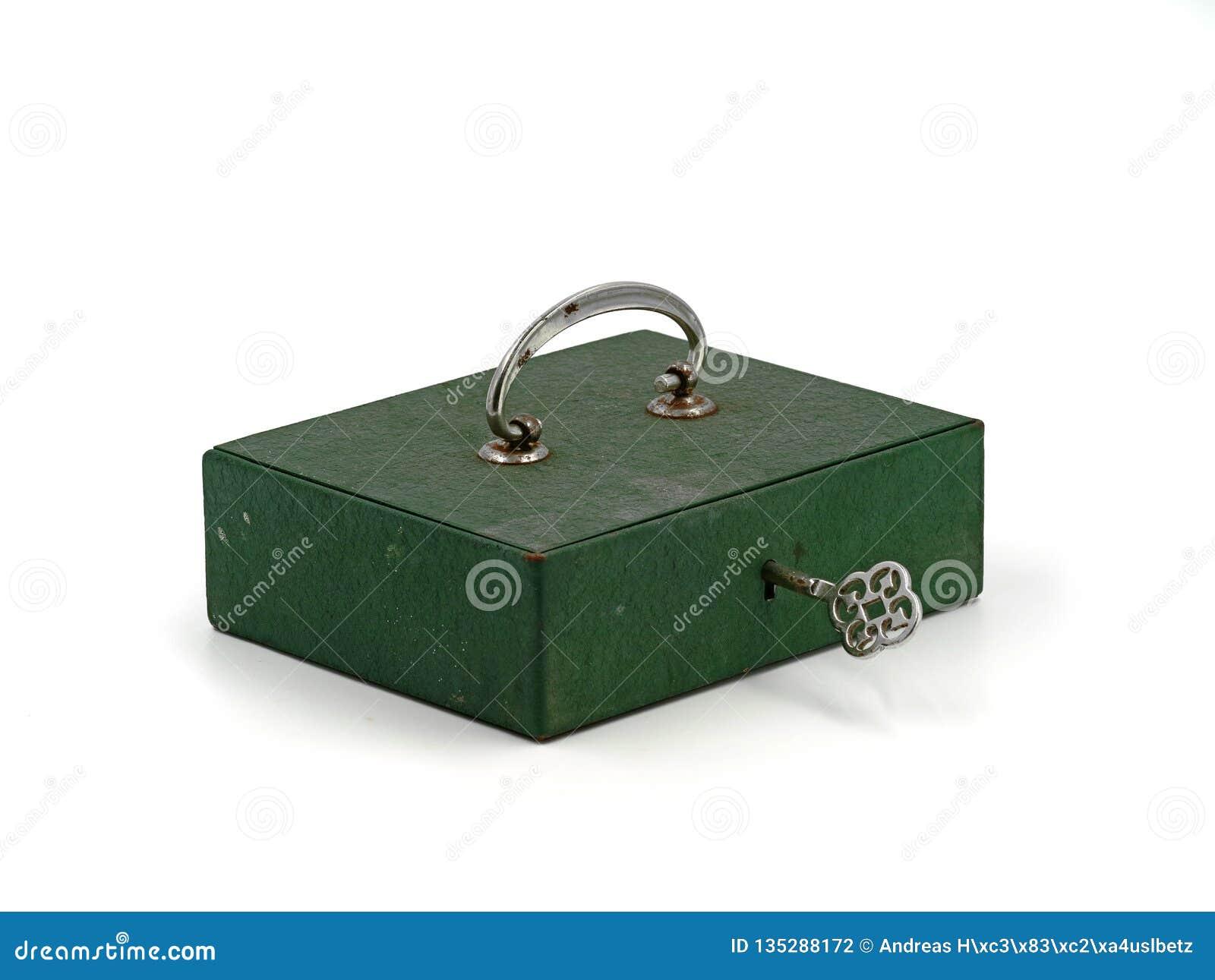 Zielonego rocznika kędziorka stary żelazny mini pudełko, gotówki pudełko z kluczem odizolowywającym na białym tle