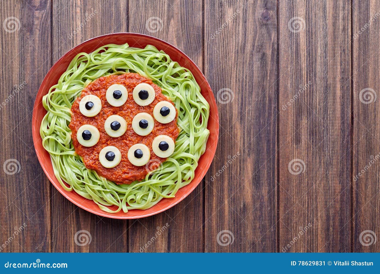 Zielonego spaghetti kreatywnie makaronu Halloween przyjęcia jedzenia straszny potwór