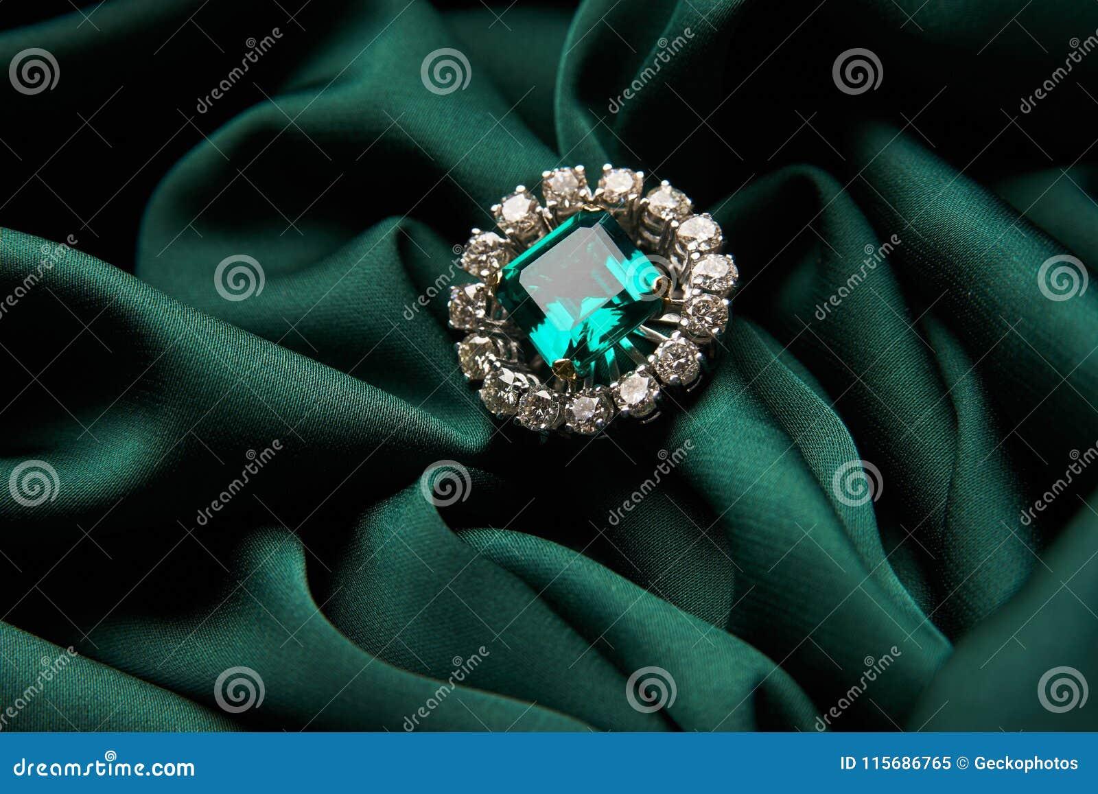 Zielonej szmaragdowej mody zaręczynowy diamentowy pierścionek